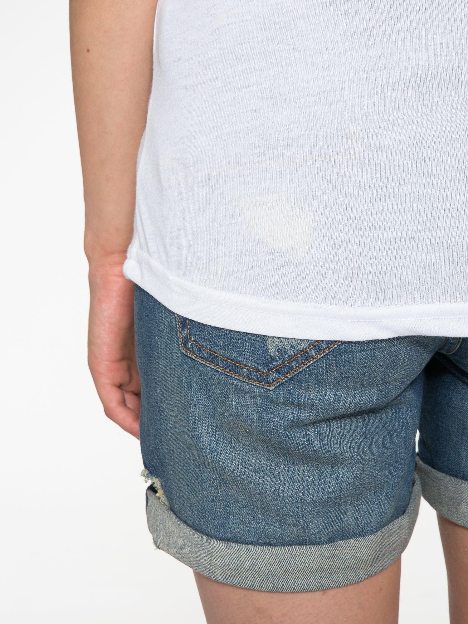 Biały t-shirt z ustami z cekinów i rękawami z siateczki                                  zdj.                                  11
