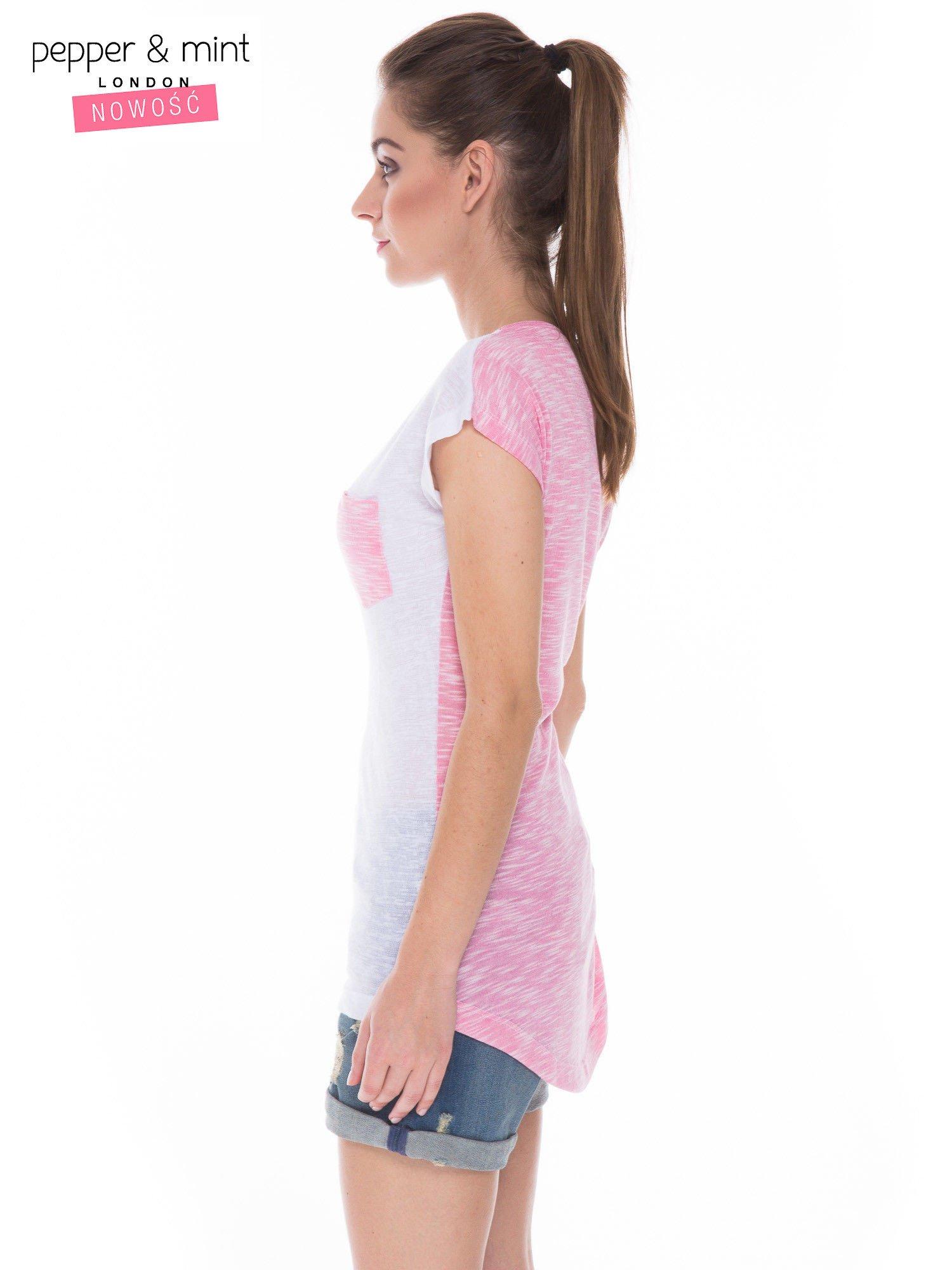 Biały t-shirt z wydłużanym tyłem w kolorze fuksji                                  zdj.                                  3