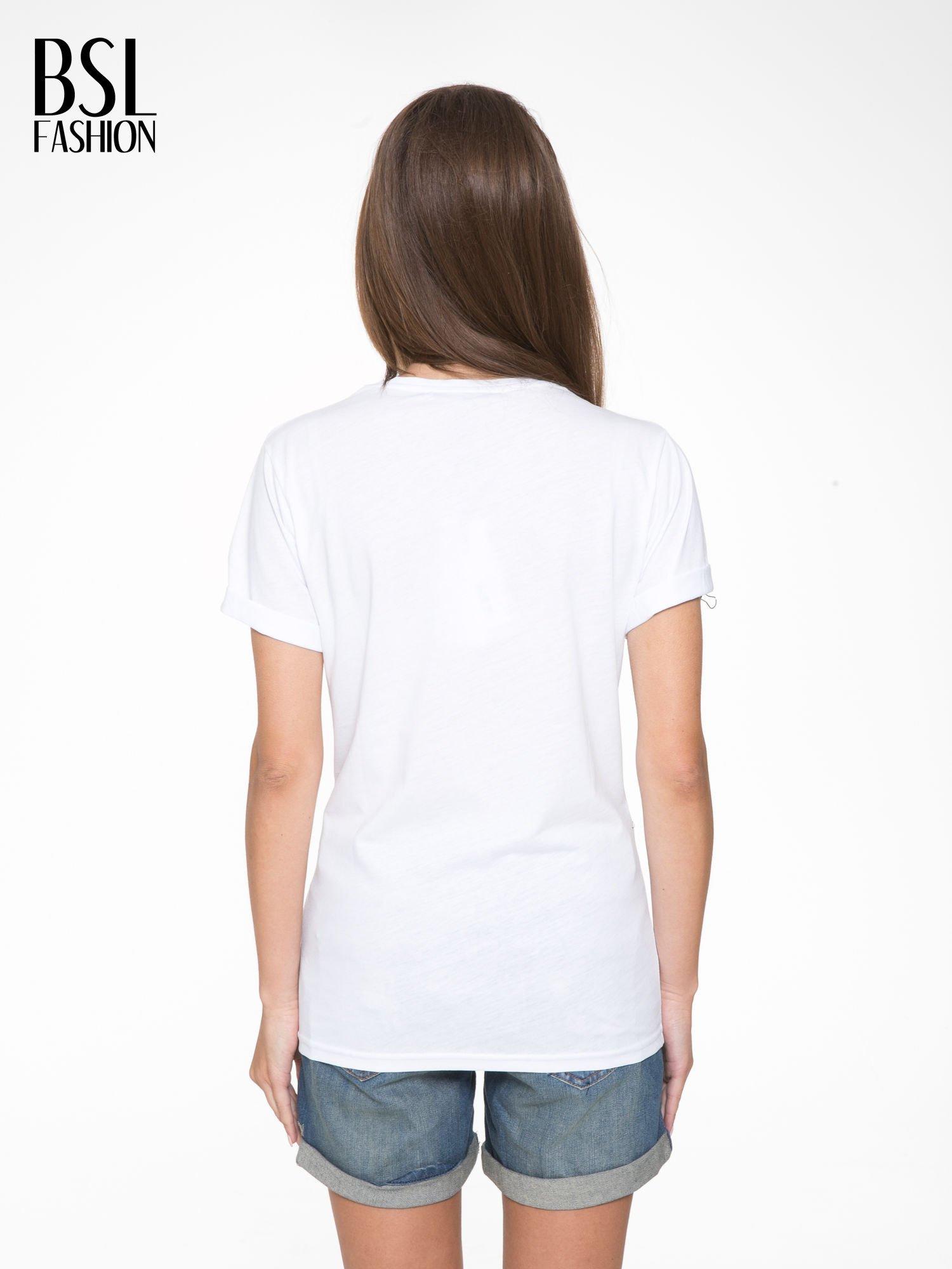 Biały t-shirt ze złotym napisem SWEAR ON CHANEL                                  zdj.                                  4