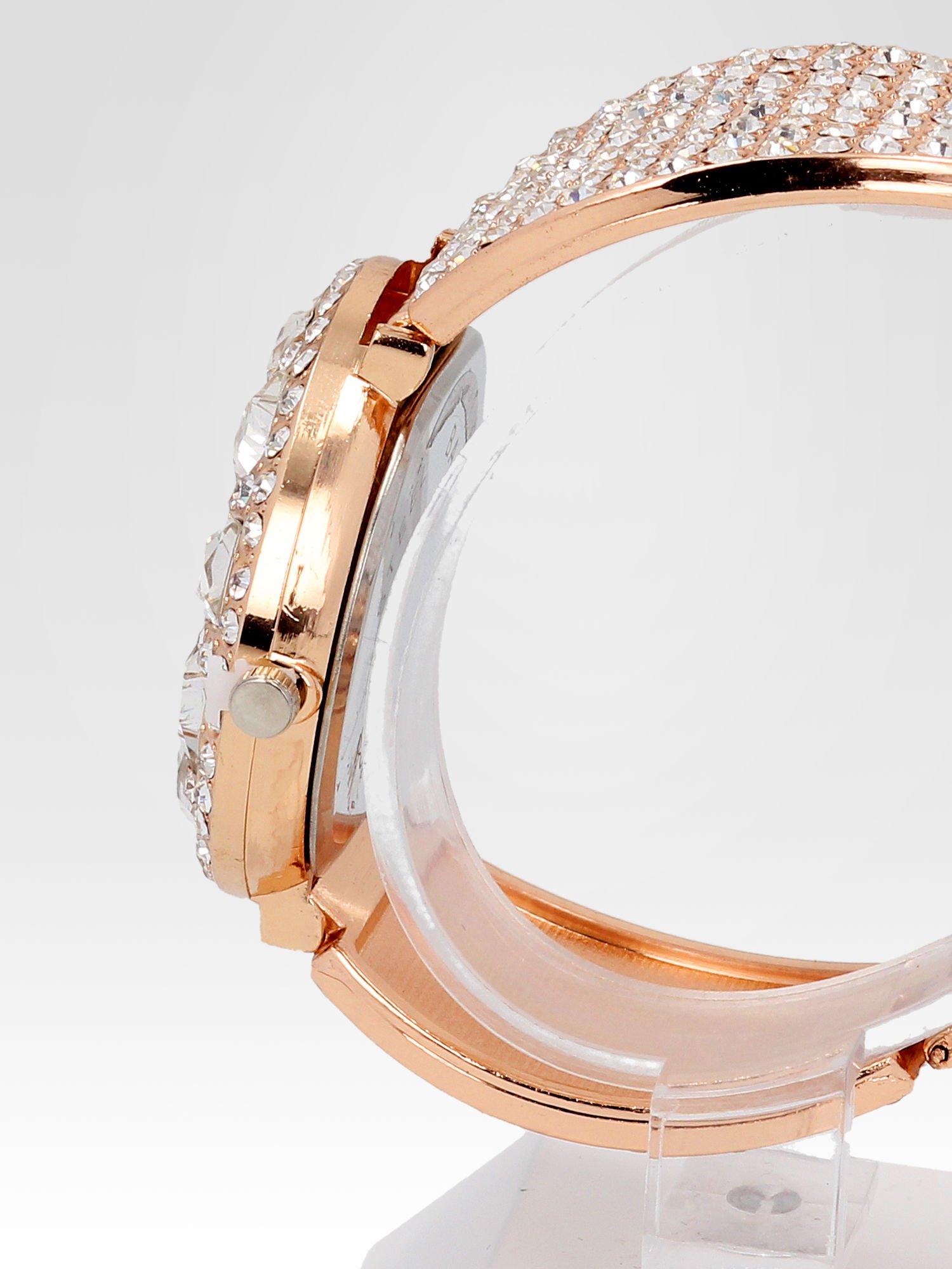 Biżuteryjny zegarek damski z różowego złota na bransolecie z cyrkoniami i kryształkami                                  zdj.                                  3