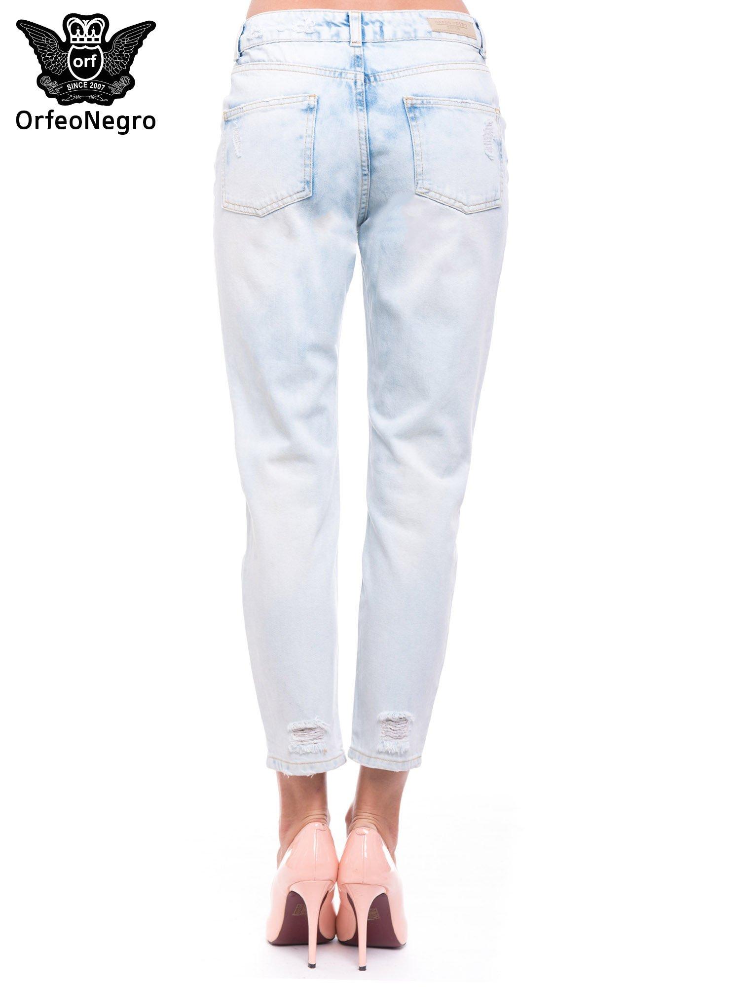 Błękitne spodnie girlfriend jeans z dziurami                                  zdj.                                  5