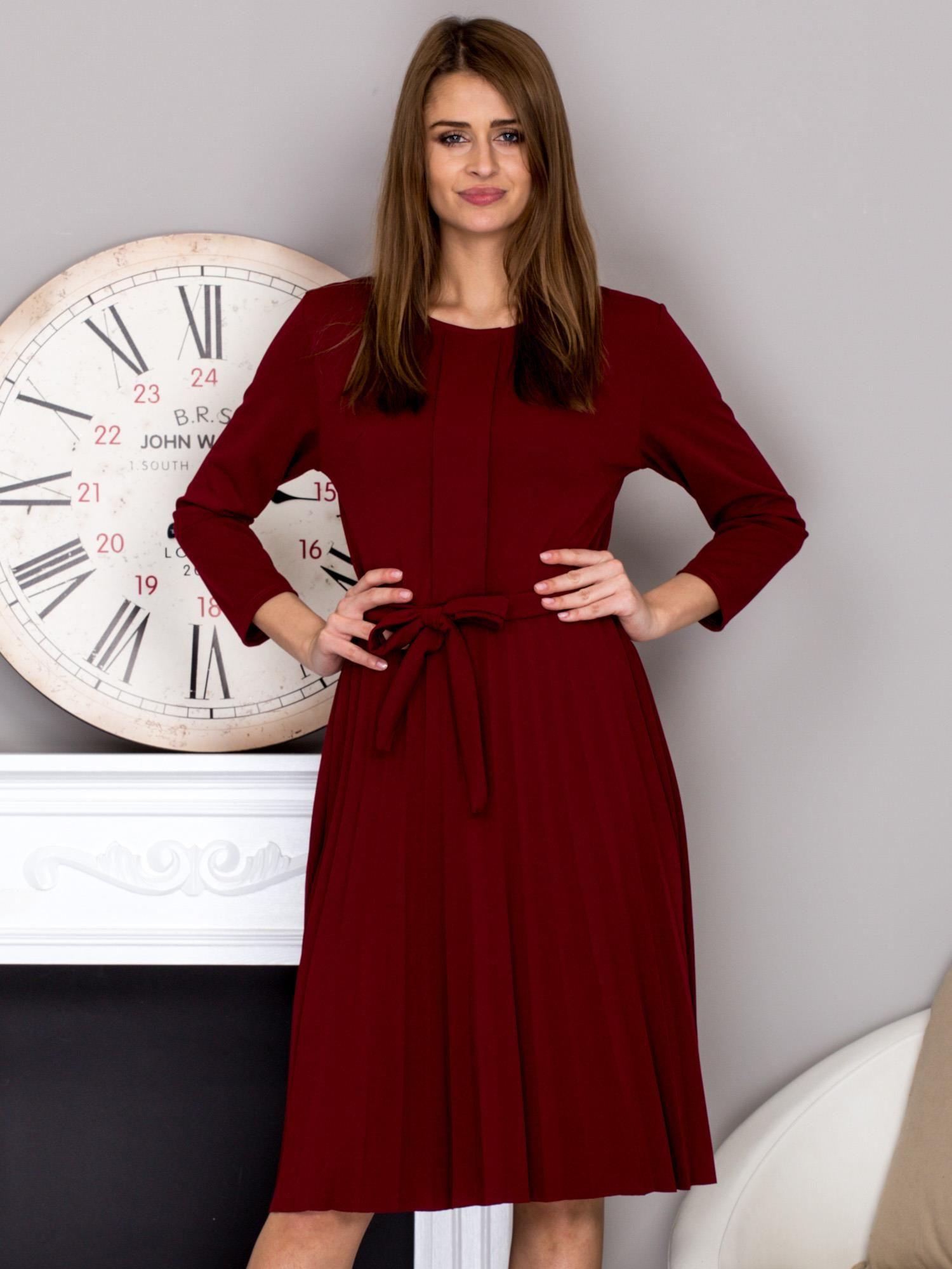82fb069d5a Bordowa sukienka koktajlowa z kokardą i plisowanym dołem - Sukienka ...