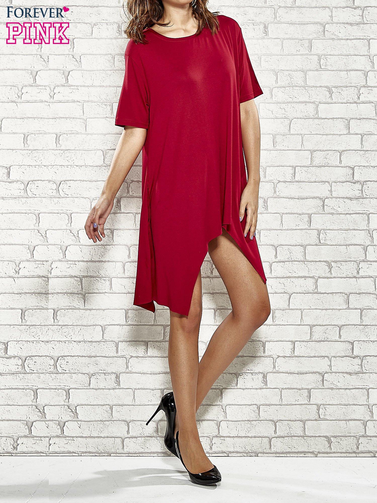 Bordowa sukienka z wydłużanymi bokami                                  zdj.                                  2