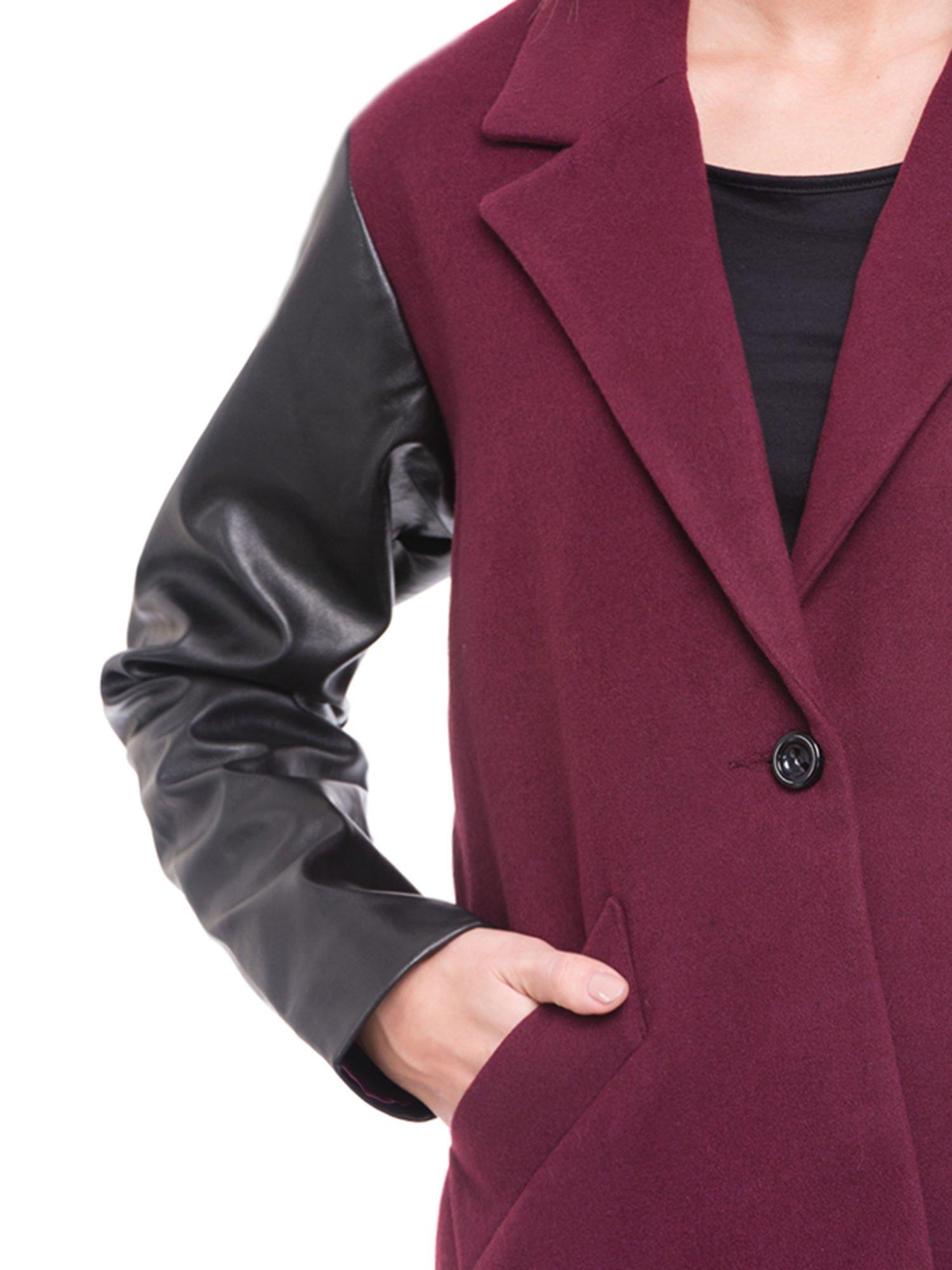 Bordowy płaszcz jednorzędowy ze skórzanymi rękawami                                  zdj.                                  5