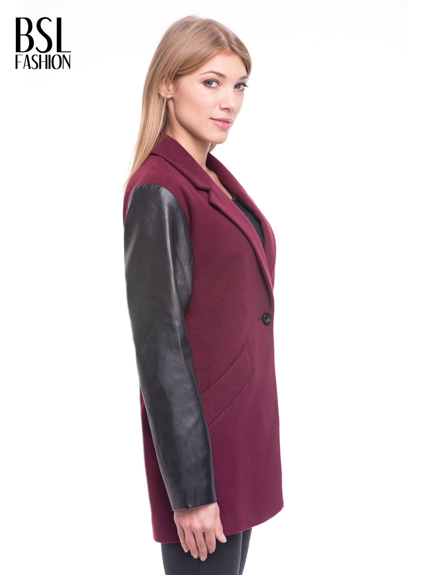 Bordowy płaszcz jednorzędowy ze skórzanymi rękawami                                  zdj.                                  3
