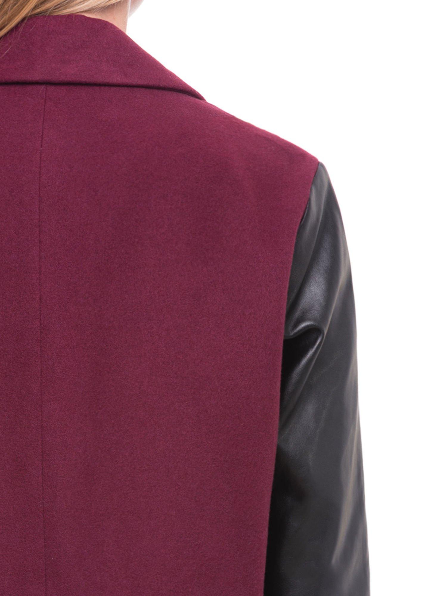Bordowy płaszcz jednorzędowy ze skórzanymi rękawami                                  zdj.                                  6