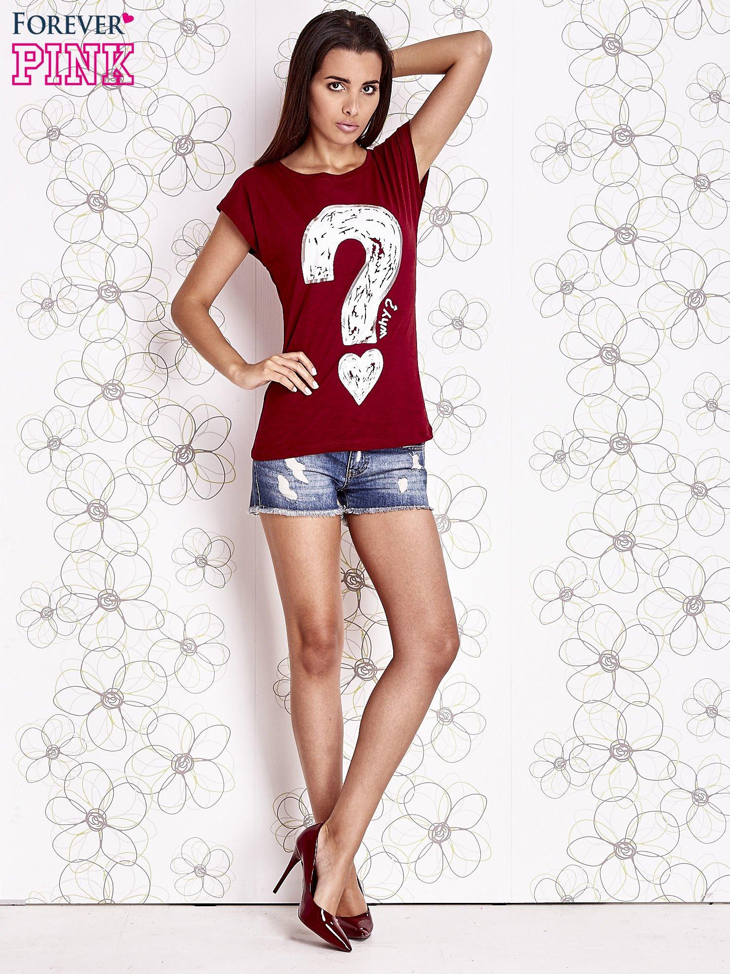 Bordowy t-shirt z nadrukiem znaku zapytania                                  zdj.                                  2