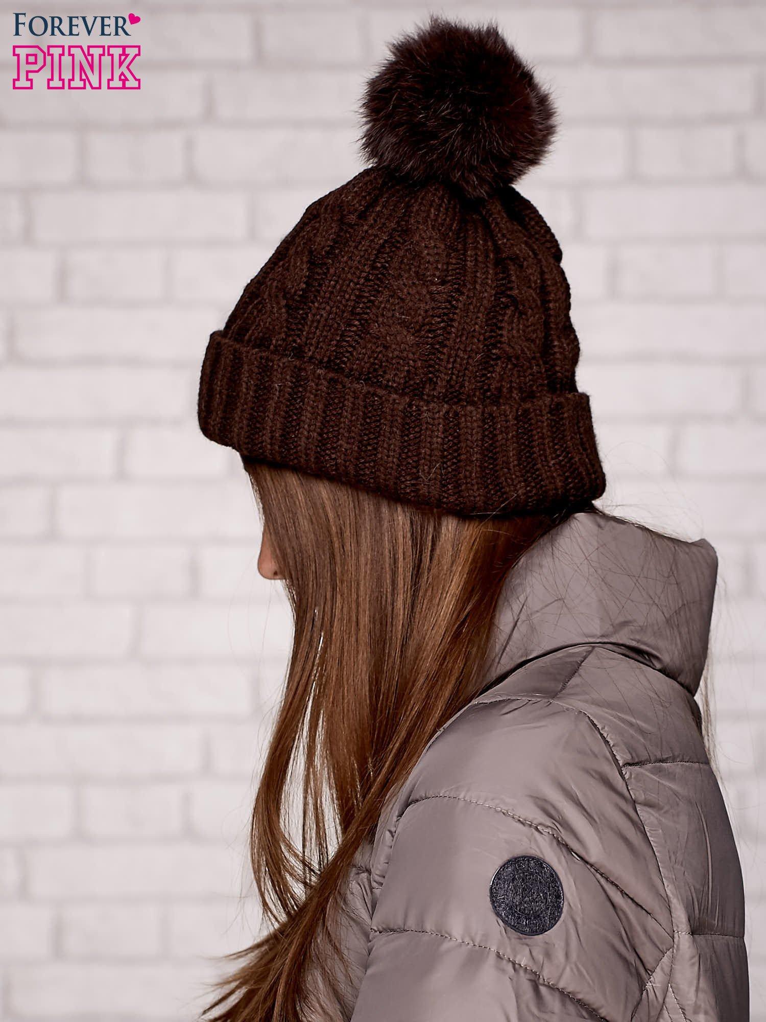 Brązowa dziergana czapka z pomponem                                  zdj.                                  2