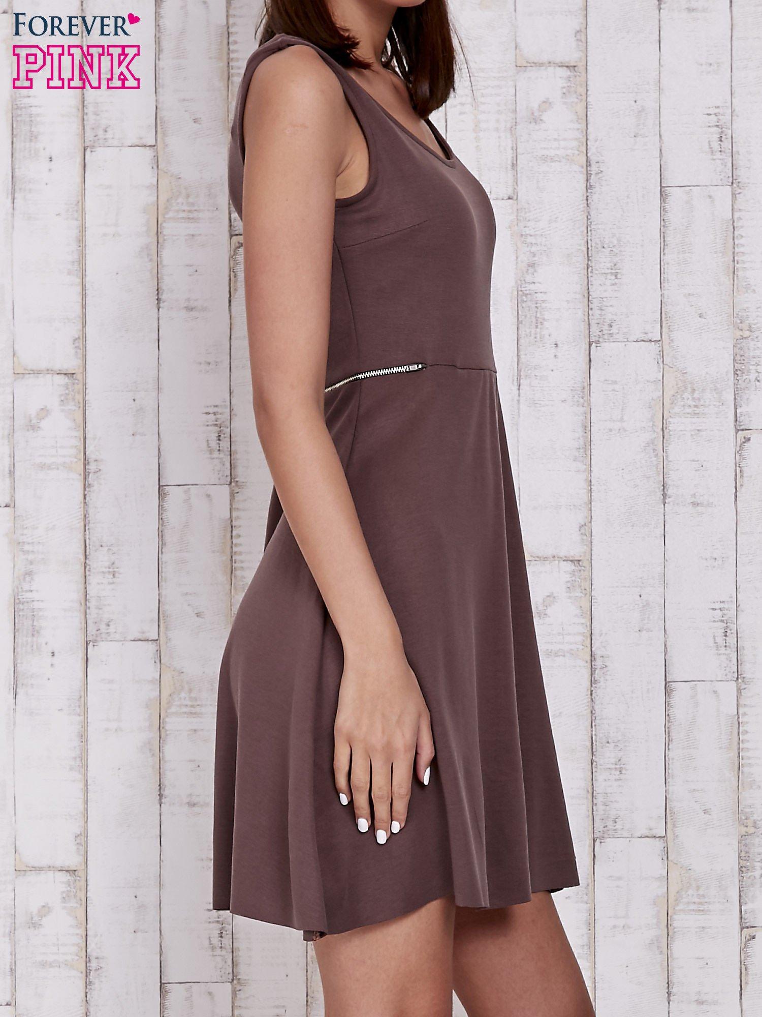 Brązowa rozkloszowana sukienka z suwakami w talii                                  zdj.                                  3