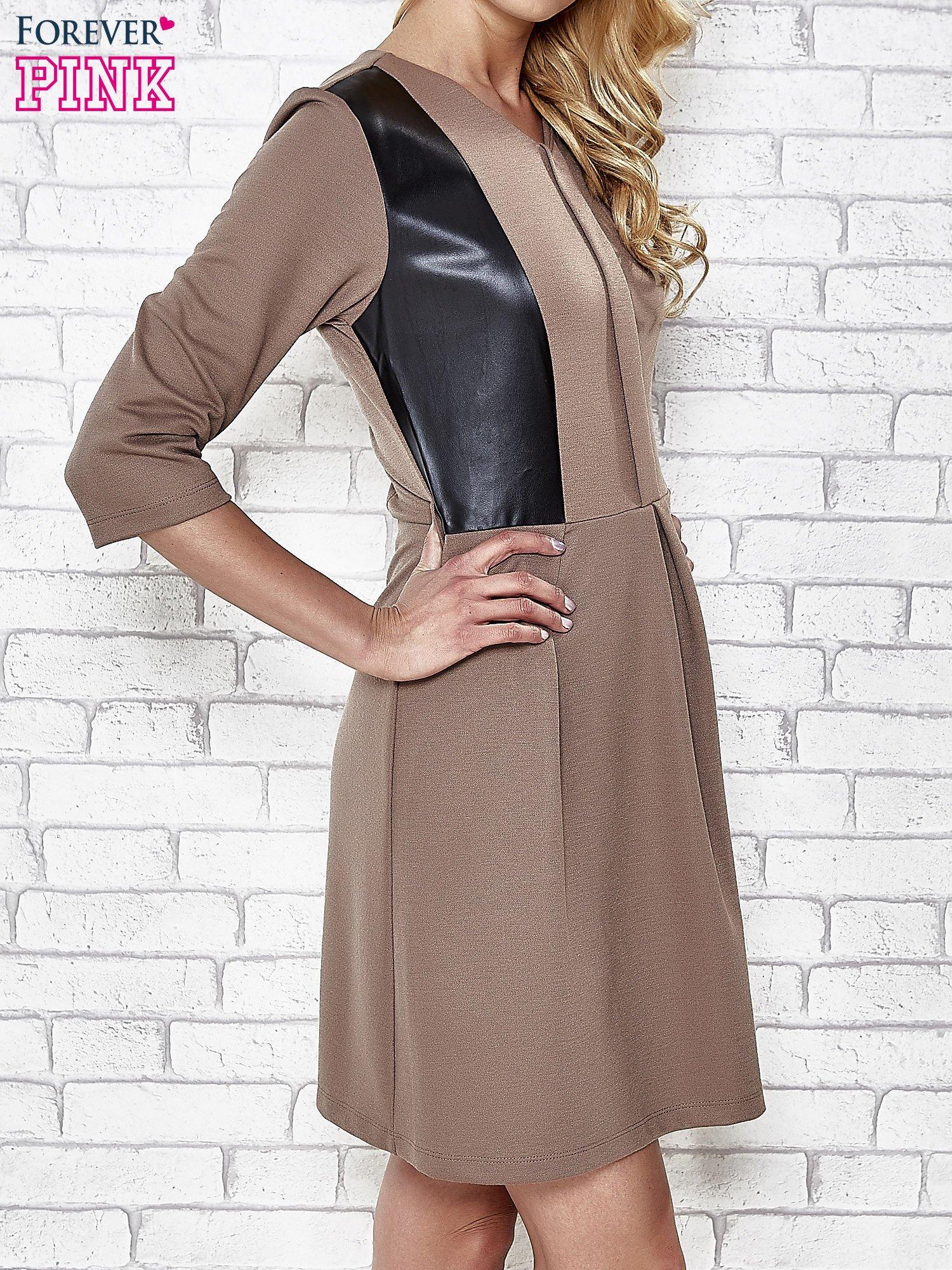 Brązowa rozkloszowana sukienka ze skórzanymi modułami                                  zdj.                                  3
