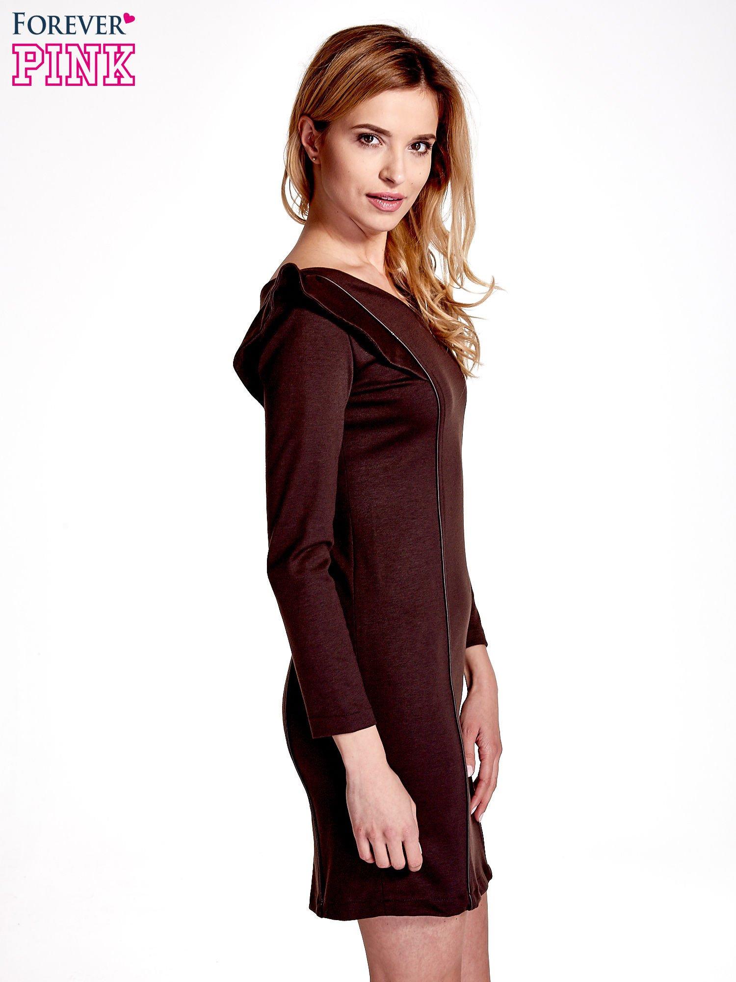 Brązowa sukienka z falbanami na ramionach                                  zdj.                                  3