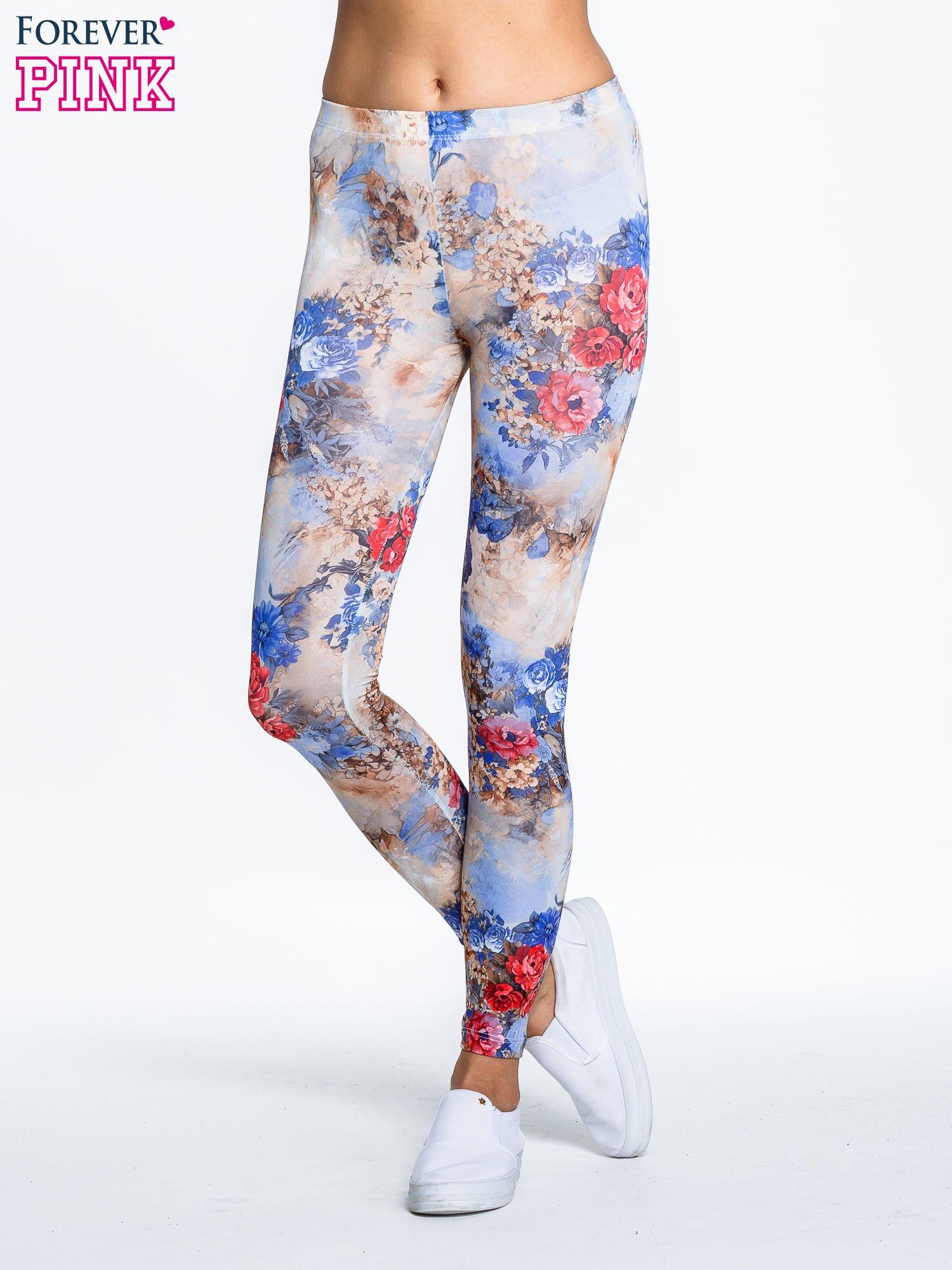 Brązowe legginsy z nadrukiem w kolorowe kwiaty                                  zdj.                                  1