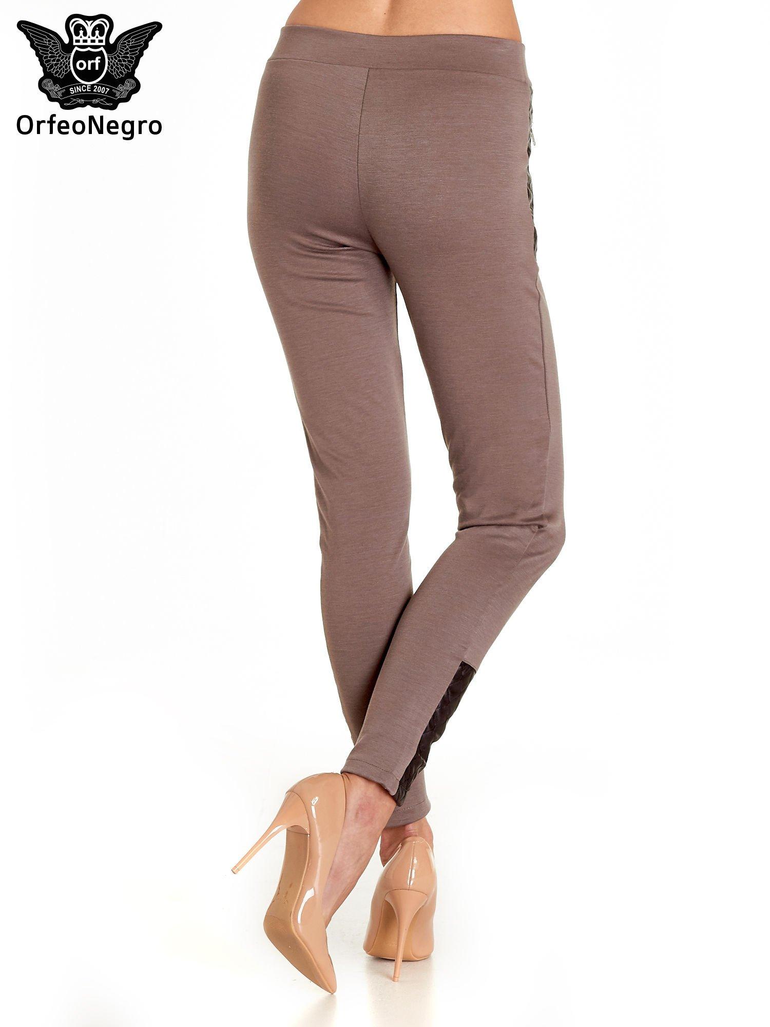 Brązowe spodnie w stylu motocyklowym ze skórzanymi wstawkami i suwakami                                  zdj.                                  7