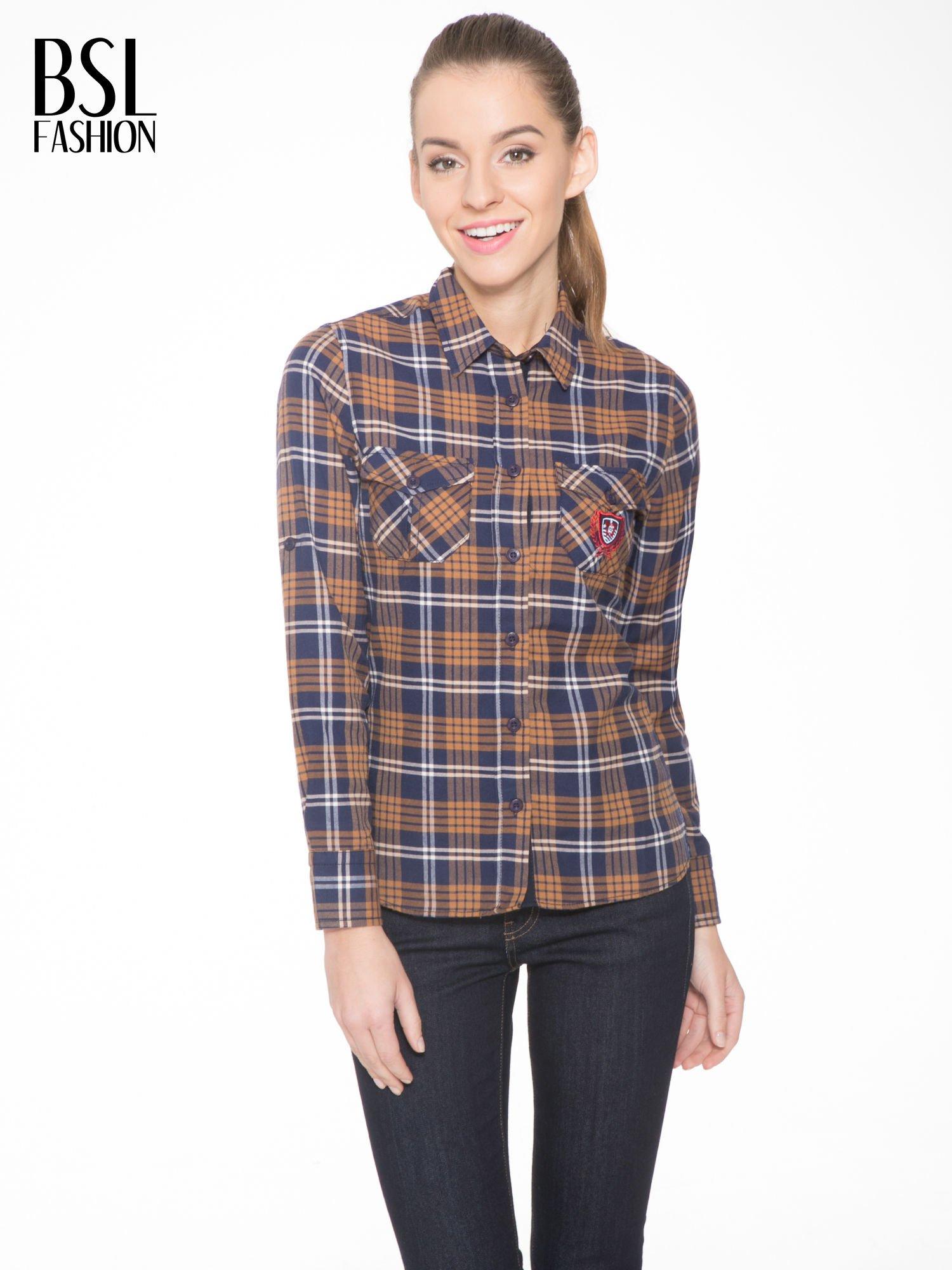 Brązowo-granatowa damska koszula w kratę z kieszonkami i naszywką                                  zdj.                                  1