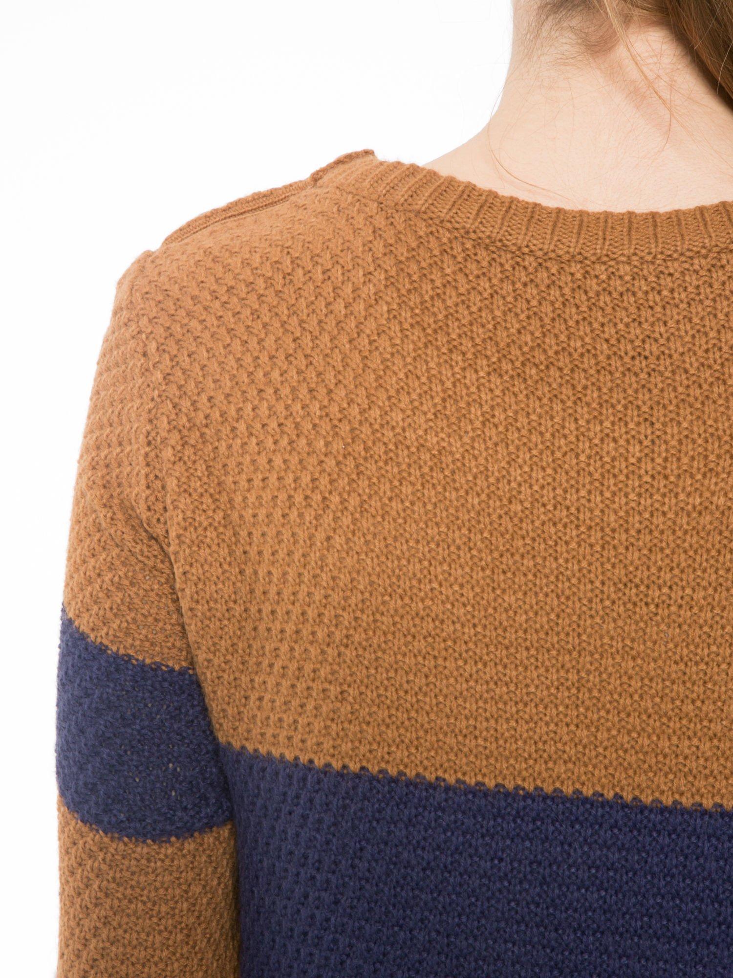 Brązowo-granatowy długi sweter w paski z guziczkami przy ramionach                                  zdj.                                  7