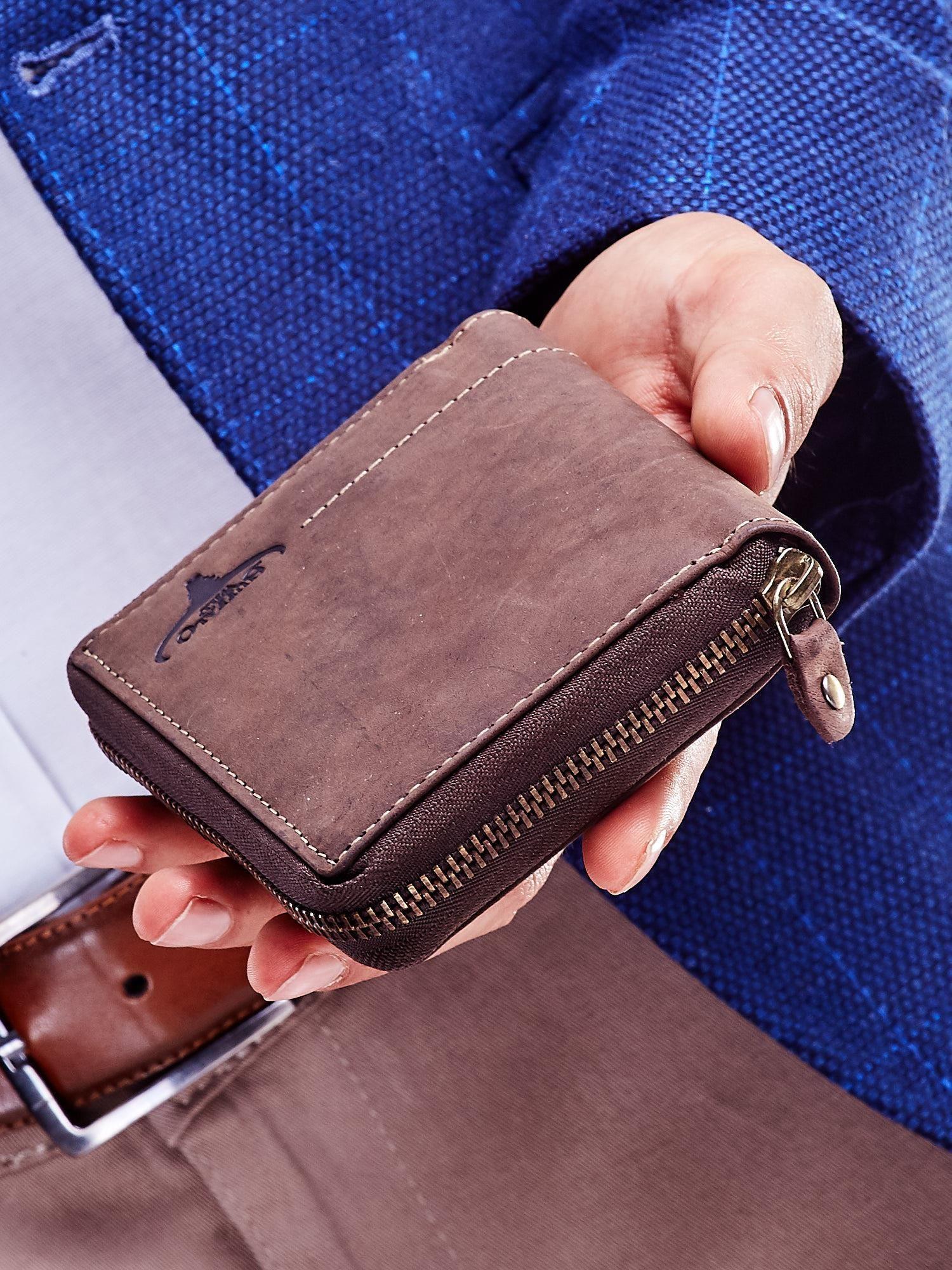 22a4ab38a16ea Brązowy portfel dla mężczyzny z tłoczonym emblematem - Mężczyźni portfel  męski - sklep eButik.pl