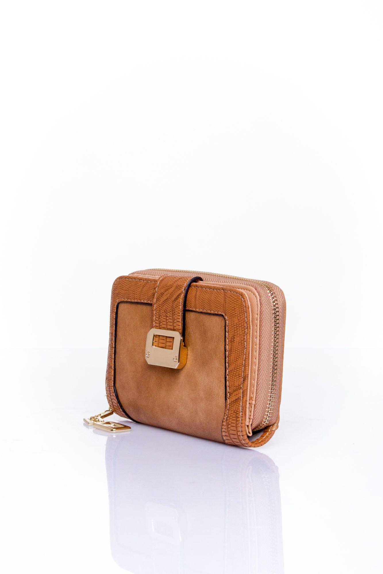 Brązowy portfel z ozdobną złotą klamrą                                  zdj.                                  3