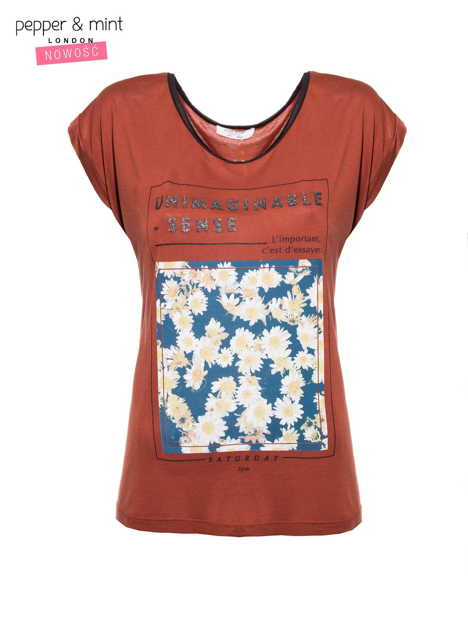 Brązowy t-shirt z kwiatowym nadrukiem i napisem UNIMAGINABLE SENSE                                  zdj.                                  2