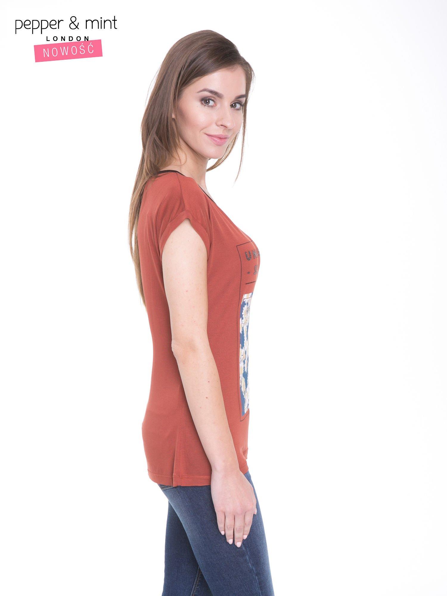 Brązowy t-shirt z kwiatowym nadrukiem i napisem UNIMAGINABLE SENSE                                  zdj.                                  3