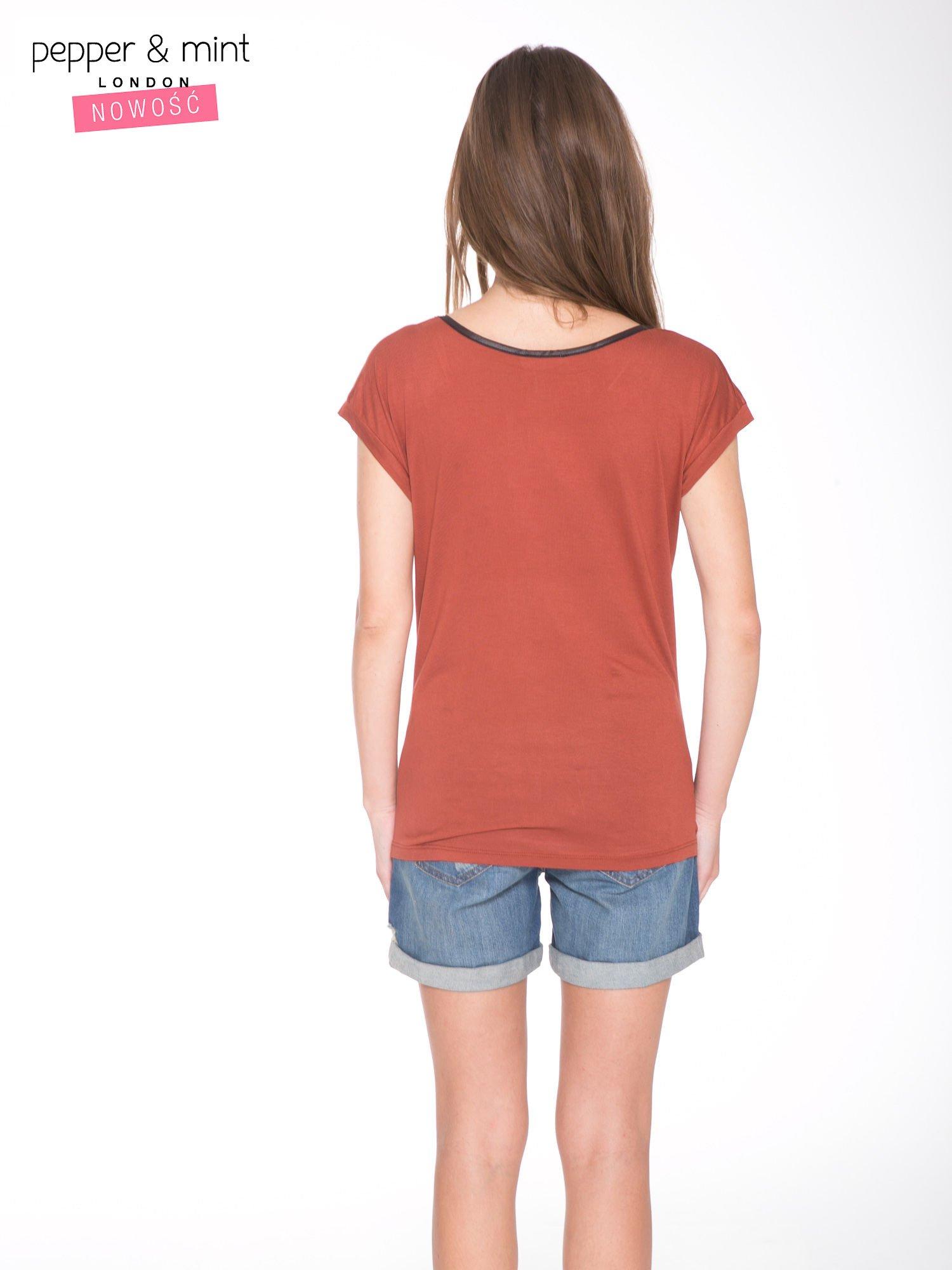Brązowy t-shirt z nadrukiem PASSION                                  zdj.                                  4
