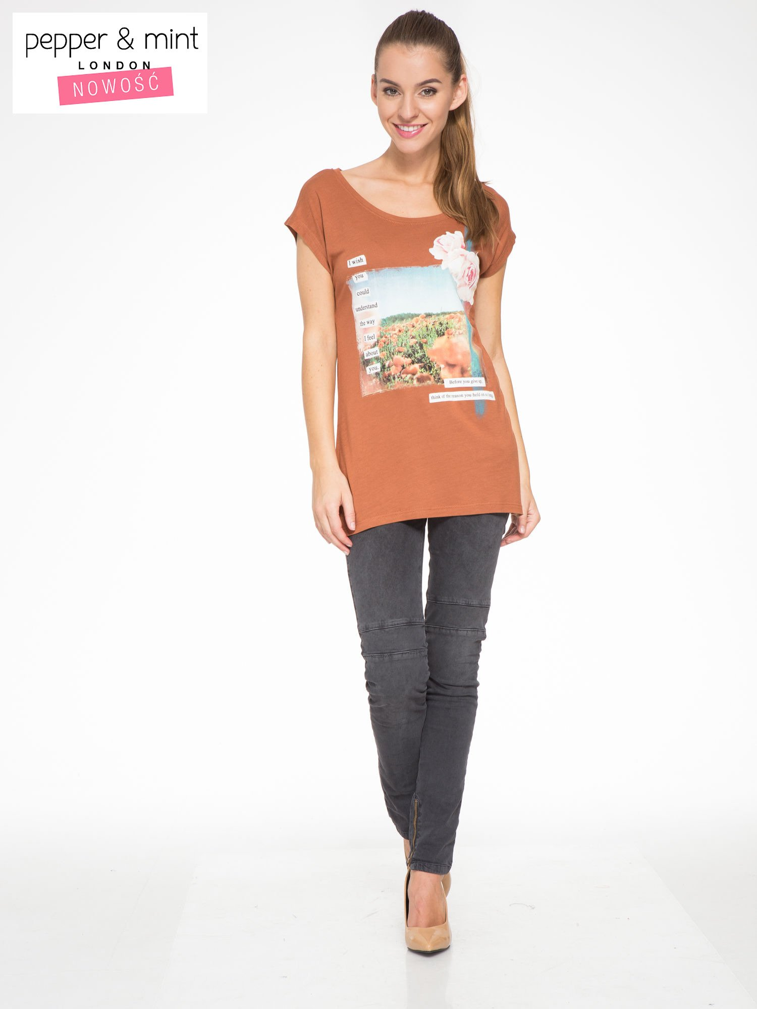 Brązowy t-shirt z nadrukiem w romantycznym stylu                                  zdj.                                  5