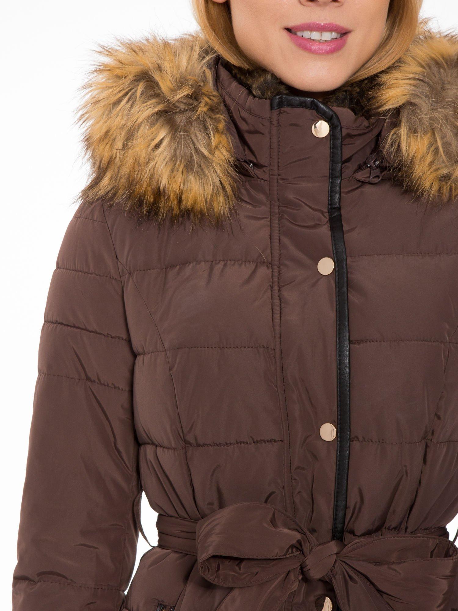 Brązowy taliowany płaszcz puchowy z kapturem z futerkiem                                  zdj.                                  9
