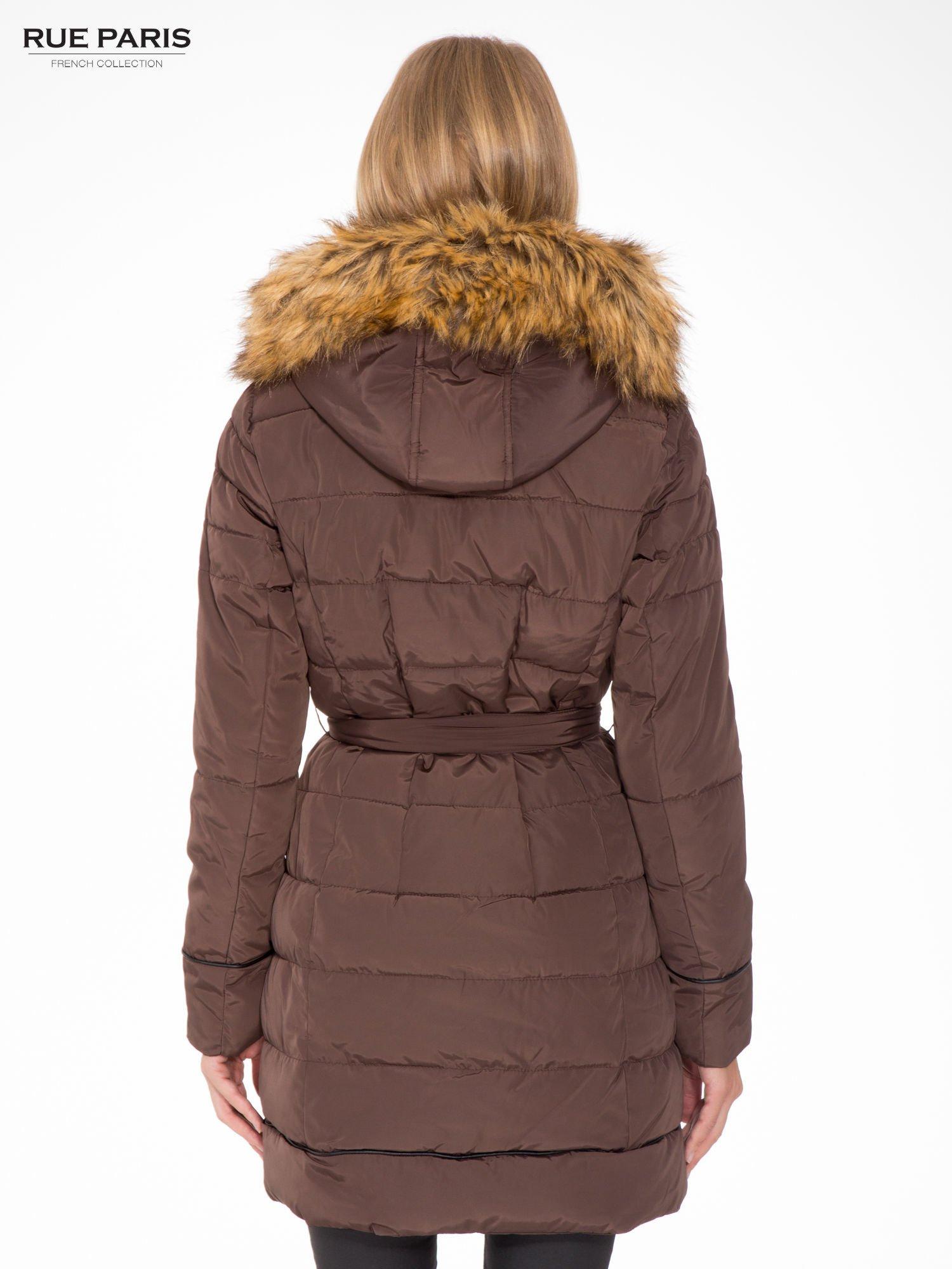 Brązowy taliowany płaszcz puchowy z kapturem z futerkiem                                  zdj.                                  4