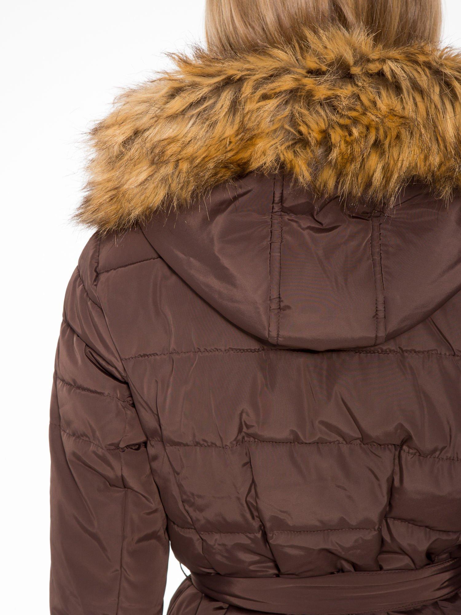 Brązowy taliowany płaszcz puchowy z kapturem z futerkiem                                  zdj.                                  10
