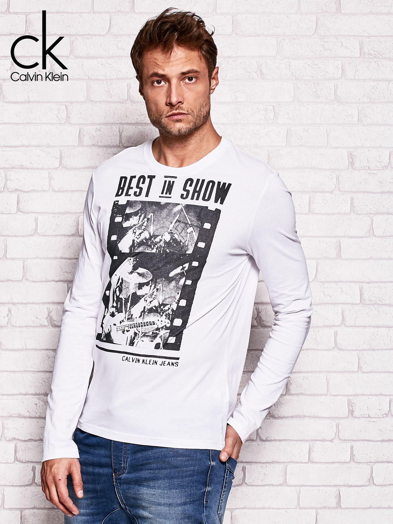 CALVIN KLEIN Biała bluzka męska z napisem BEST IN SHOW                                  zdj.                                  3