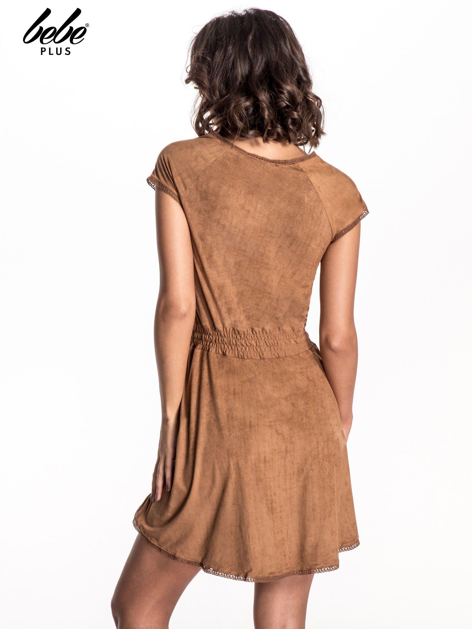 Camelowa sukienka z zamszu w stylu boho                                  zdj.                                  3