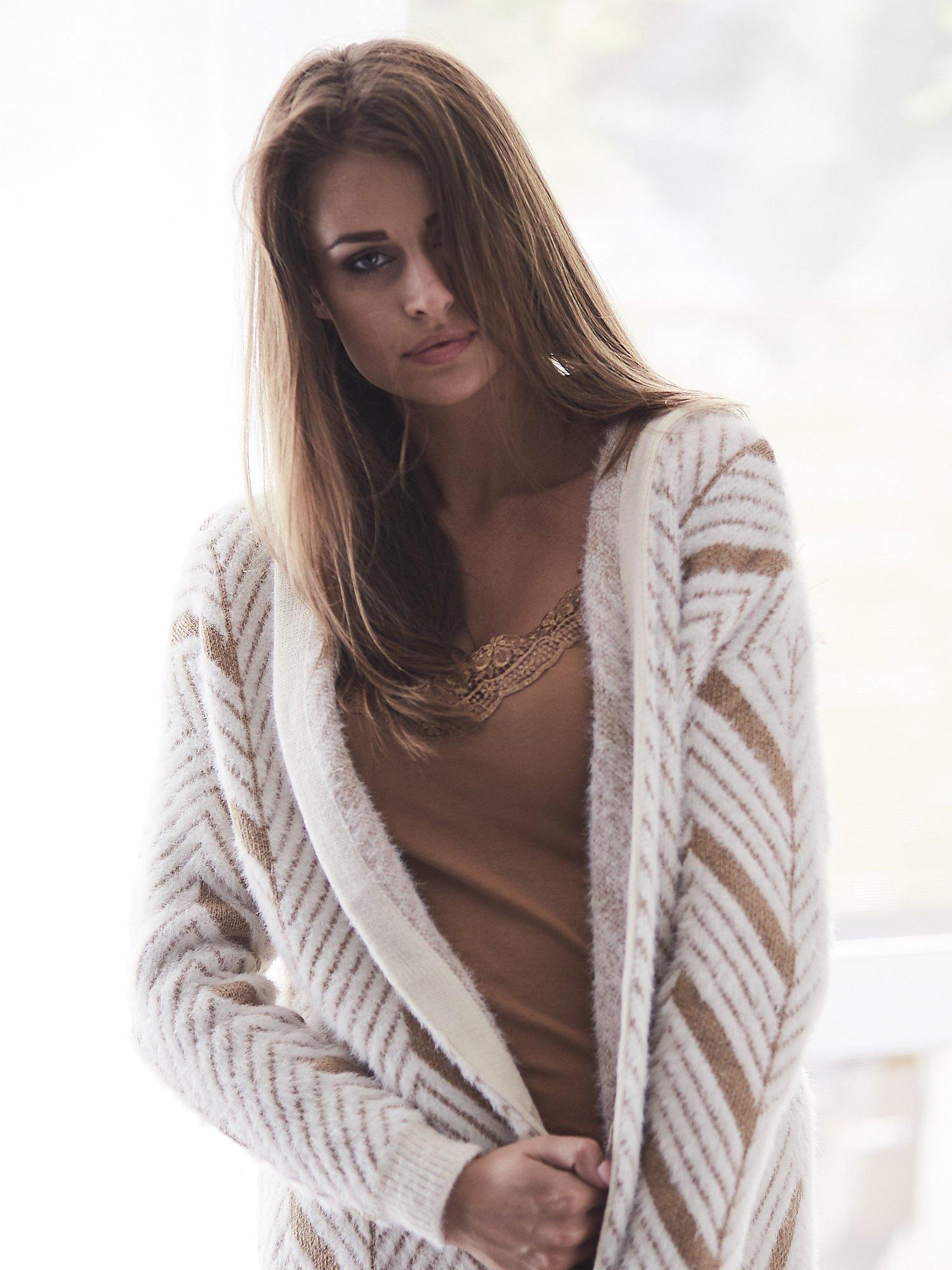 Camelowy włochaty sweter z kapturem                                  zdj.                                  12