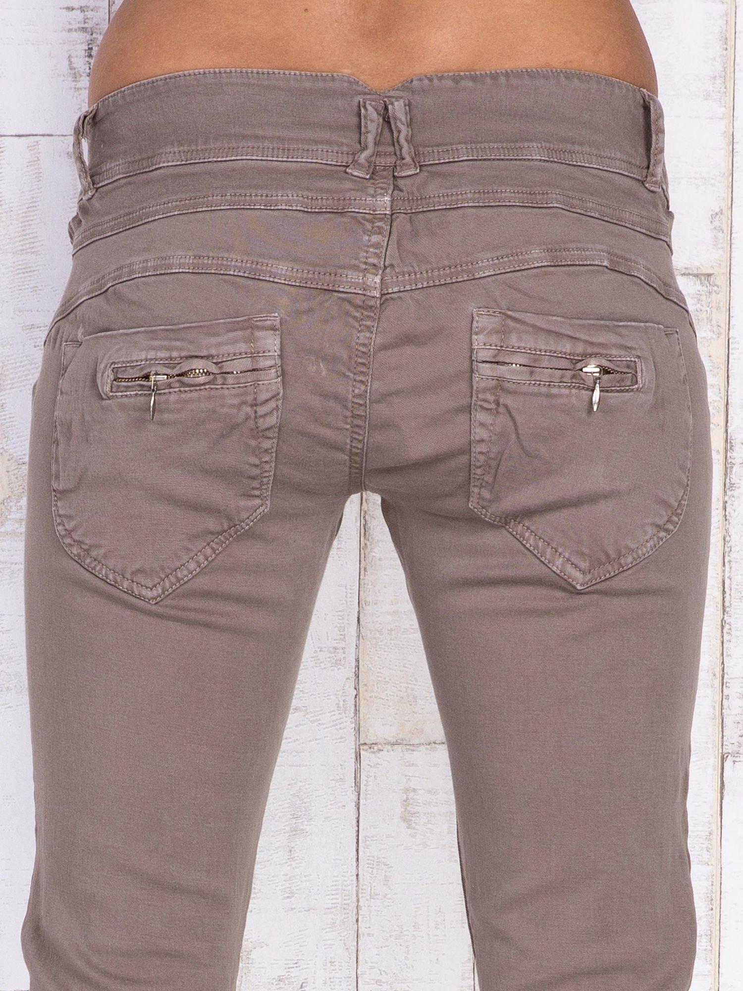 Ciemnobeżowe spodnie z kieszonkami na suwak                                  zdj.                                  5