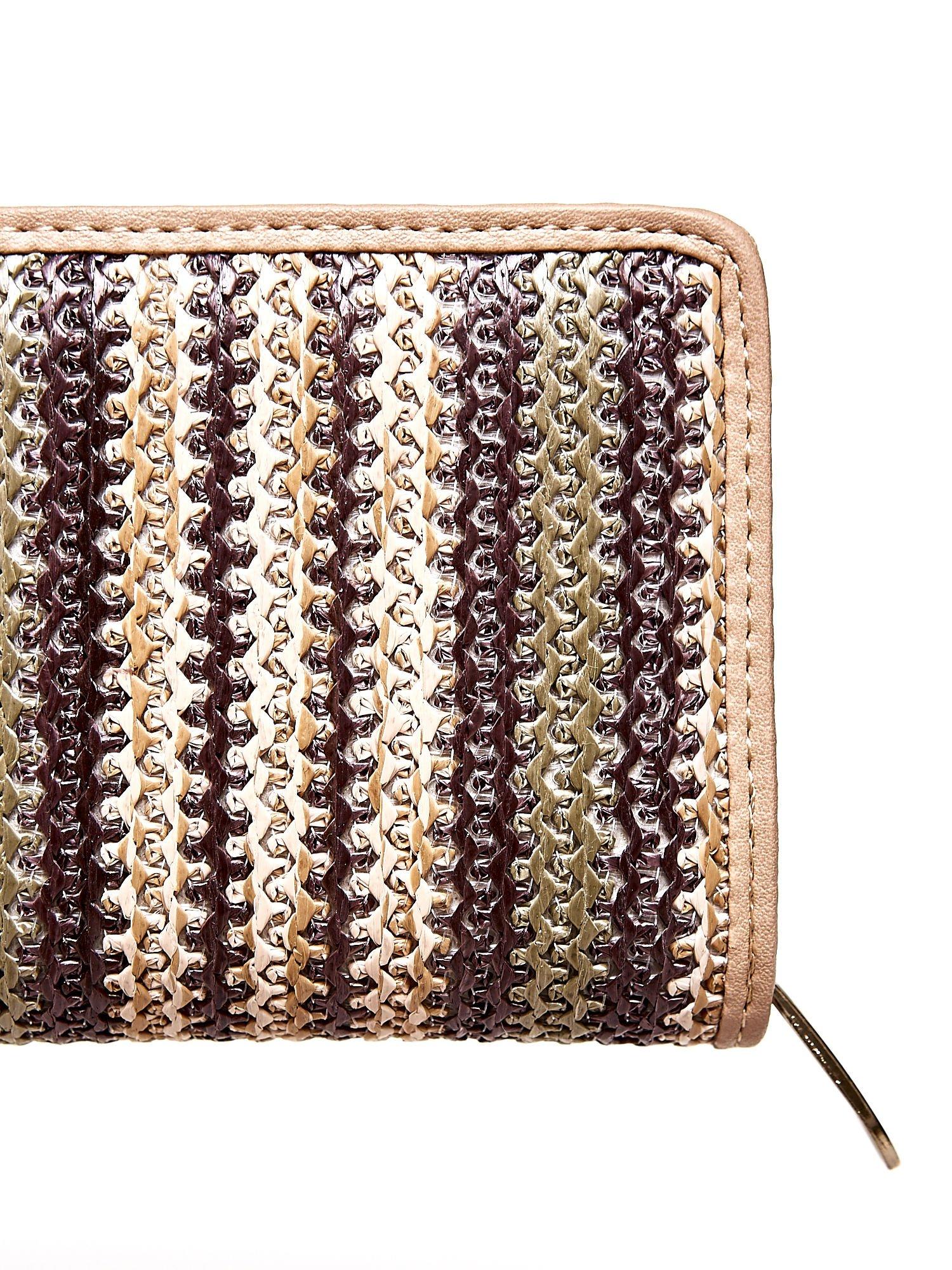 Ciemnobeżowy pleciony portfel w pionowe paski                                  zdj.                                  5