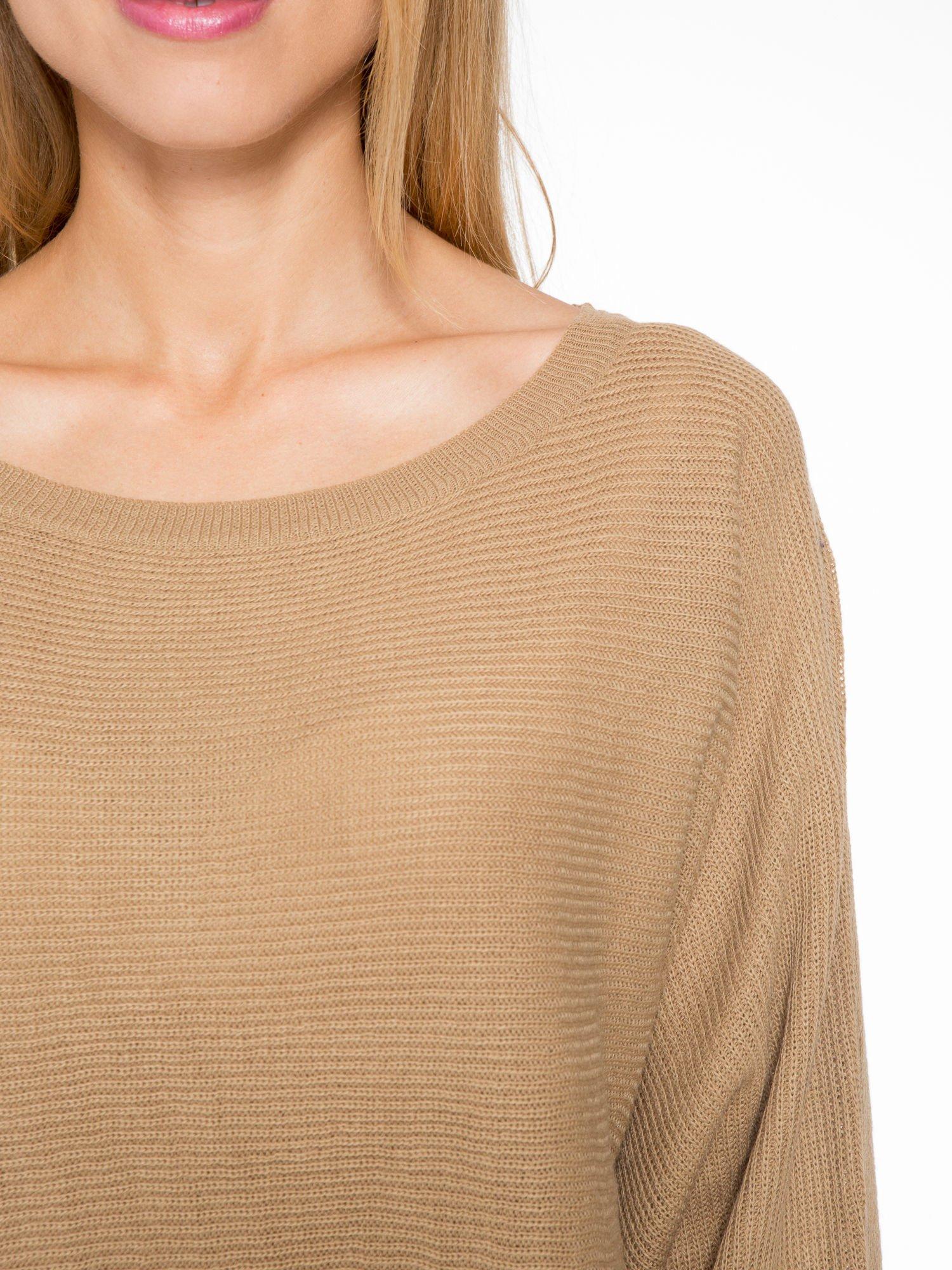 Ciemnobeżowy sweter z nietoperzowymi rękawami                                  zdj.                                  5