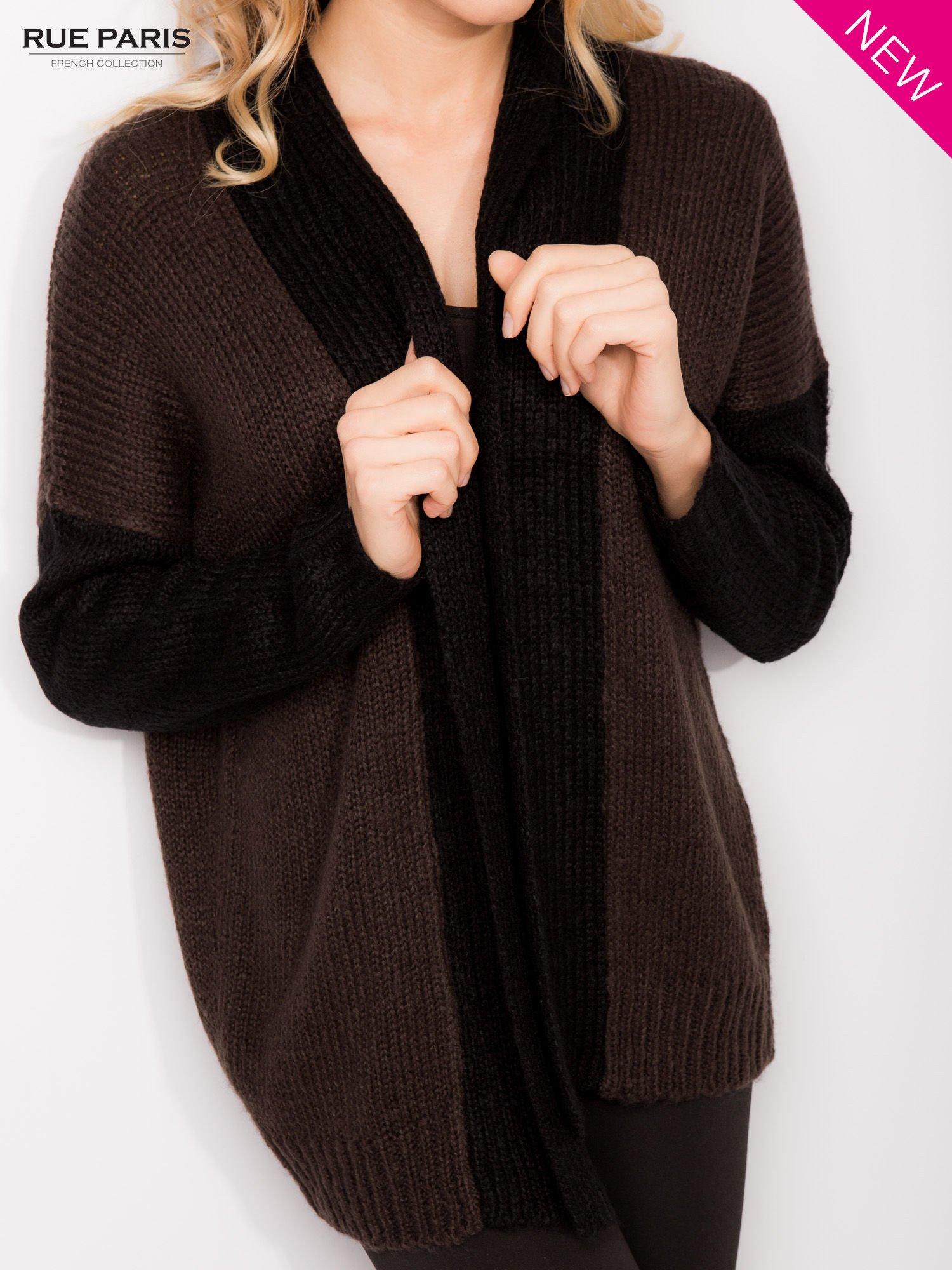 Ciemnobrązowy sweter z kontrastowym pasem i rękawami                                  zdj.                                  3