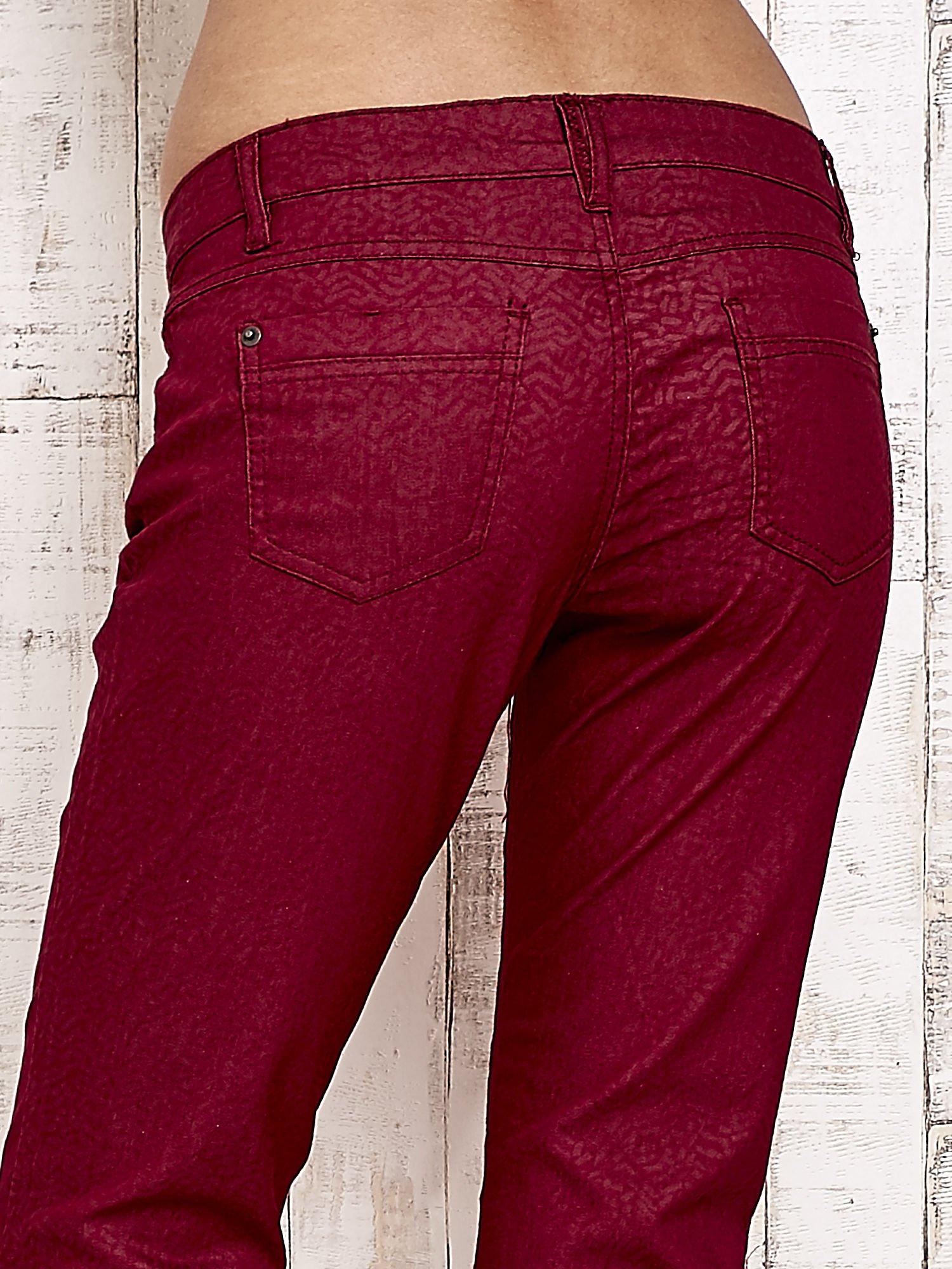 Ciemnoczerwone spodnie rurki w jodełkę                                  zdj.                                  6