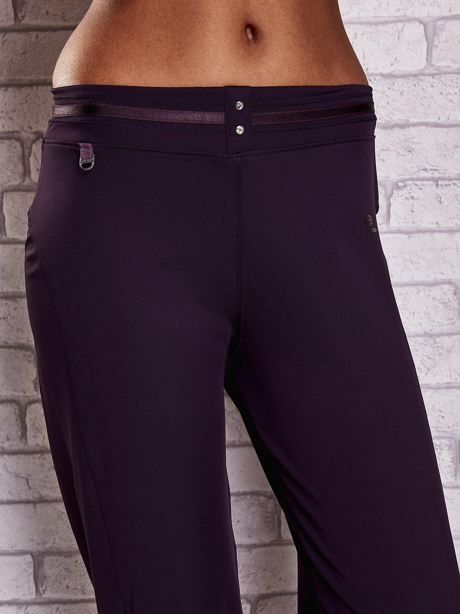 Ciemnofioletowe spodnie capri z surowym wykończeniem PLUS SIZE                                  zdj.                                  4