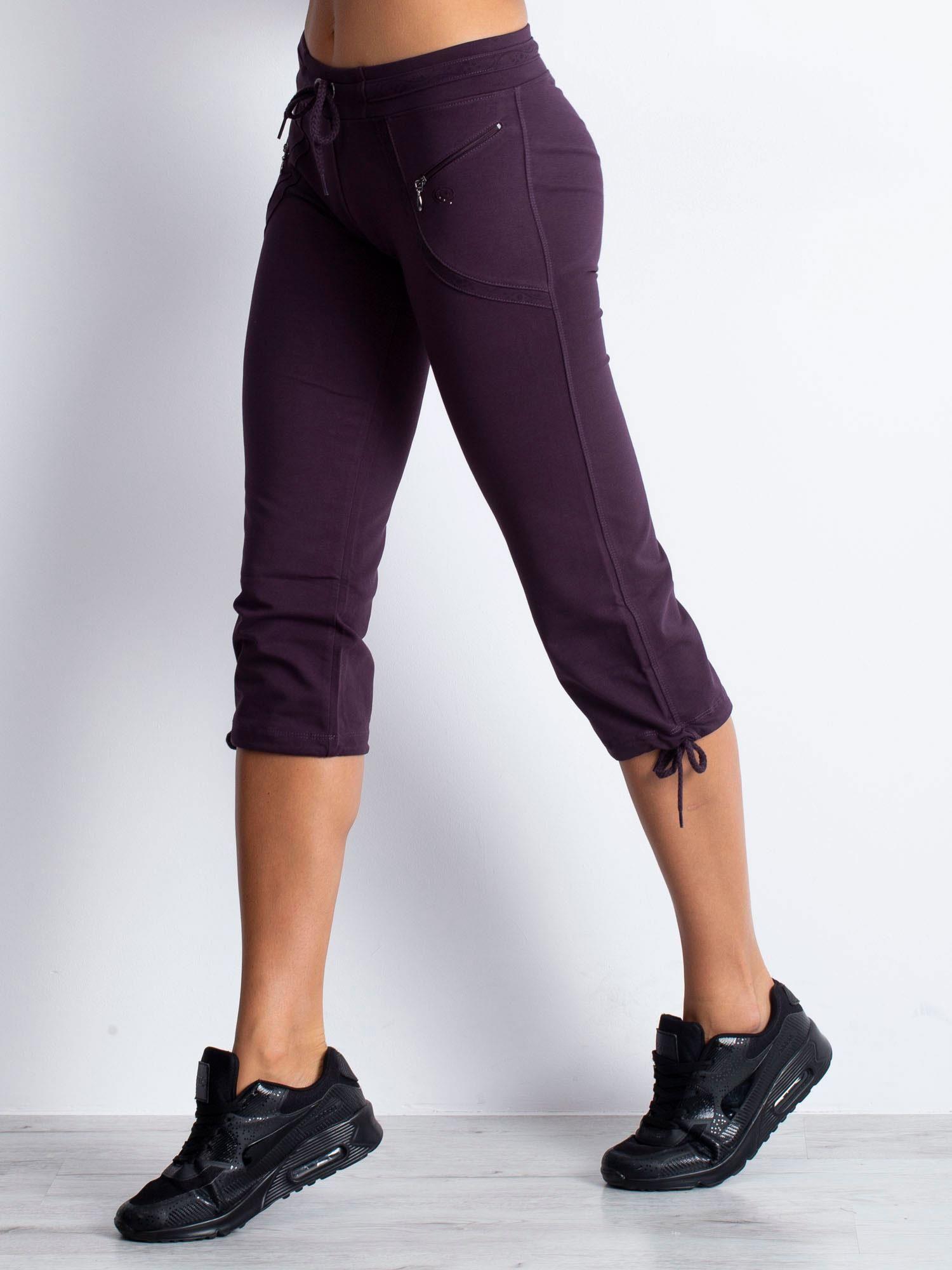 Ciemnofioletowe spodnie dresowe capri z kieszeniami na suwak                                  zdj.                                  1
