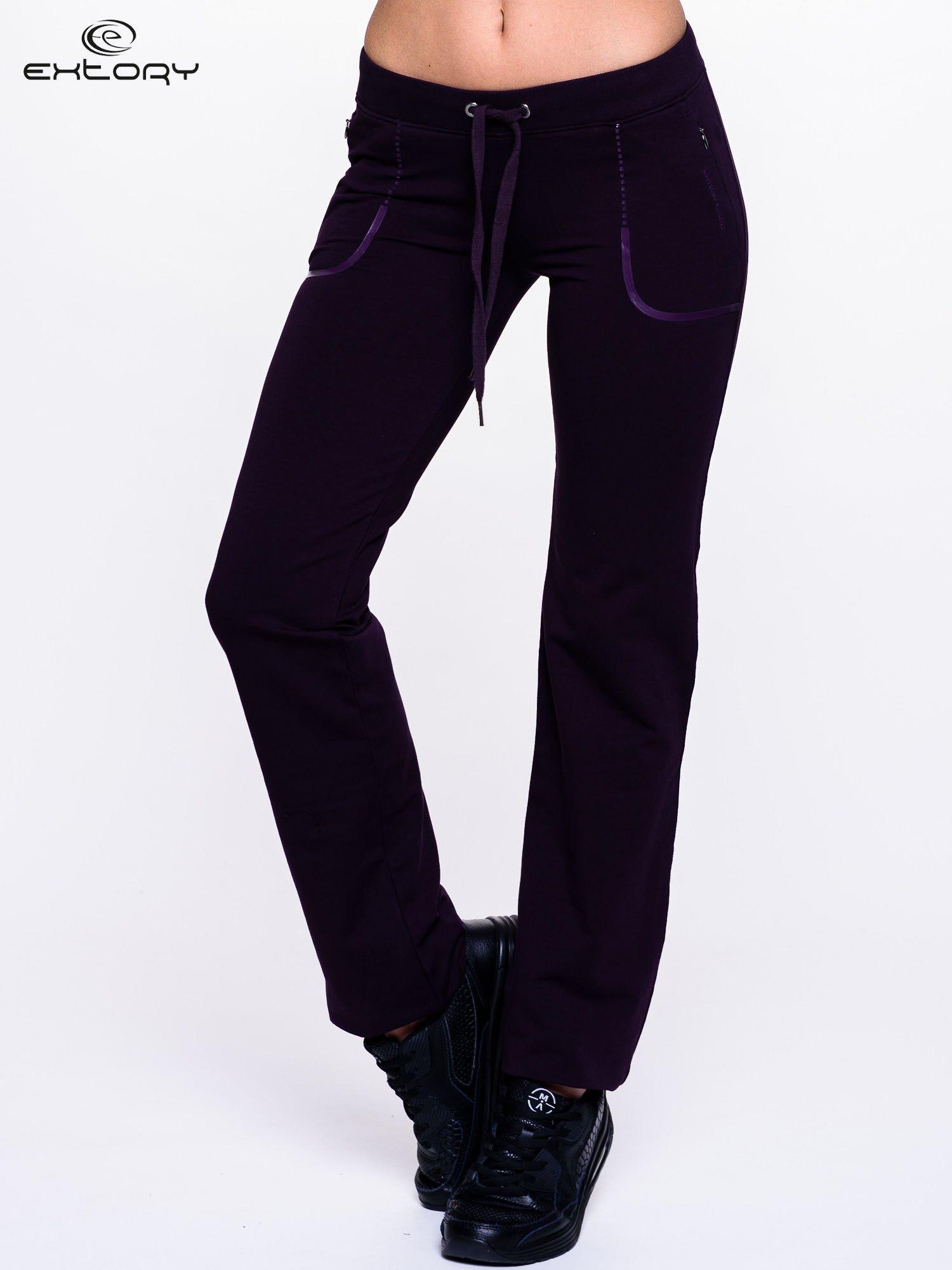 Ciemnofioletowe spodnie dresowe ze skórzaną lamówką                                  zdj.                                  1