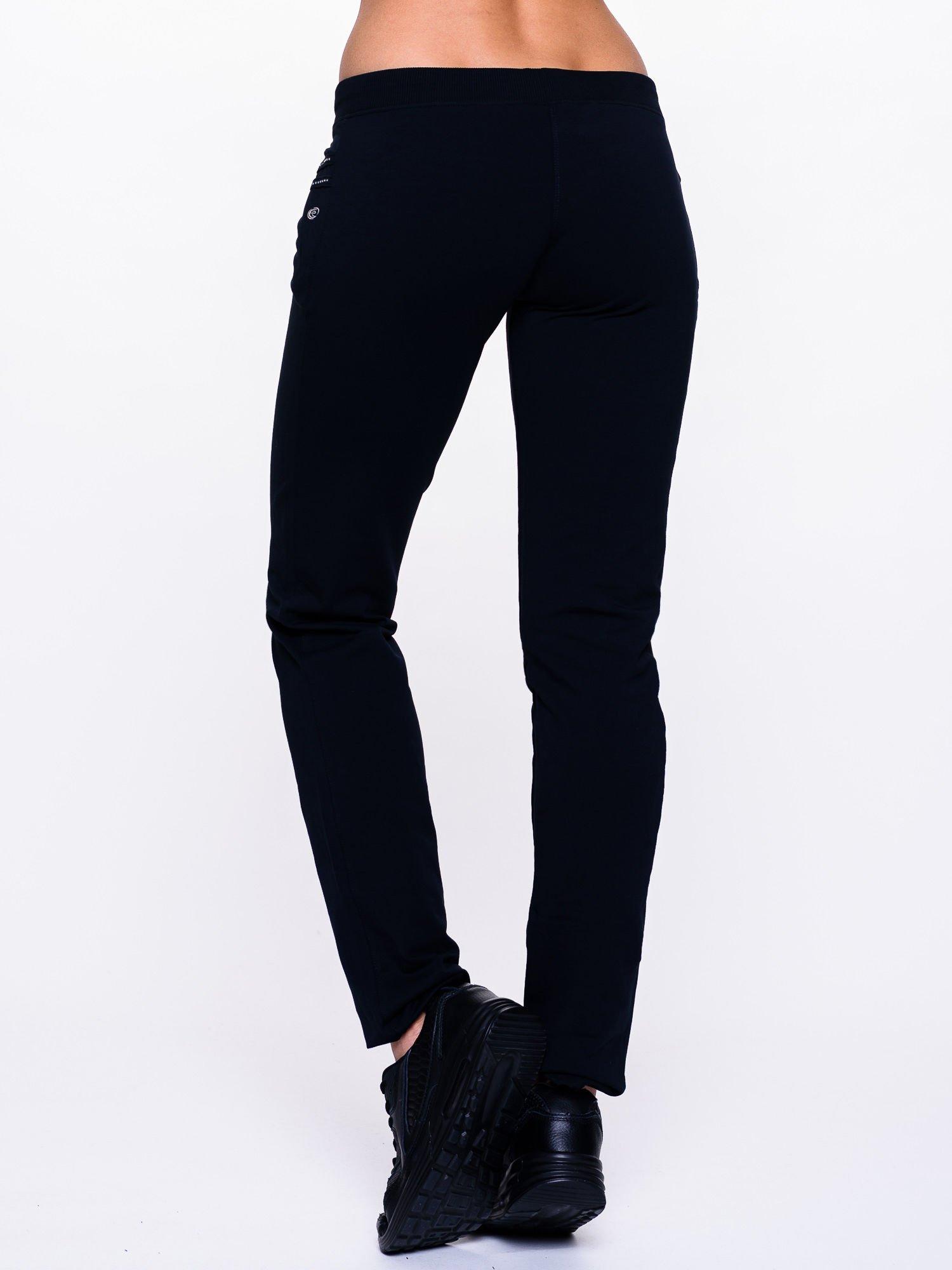 Ciemnogranatowe spodnie dresowe z dżetami przy kieszeniach                                  zdj.                                  4