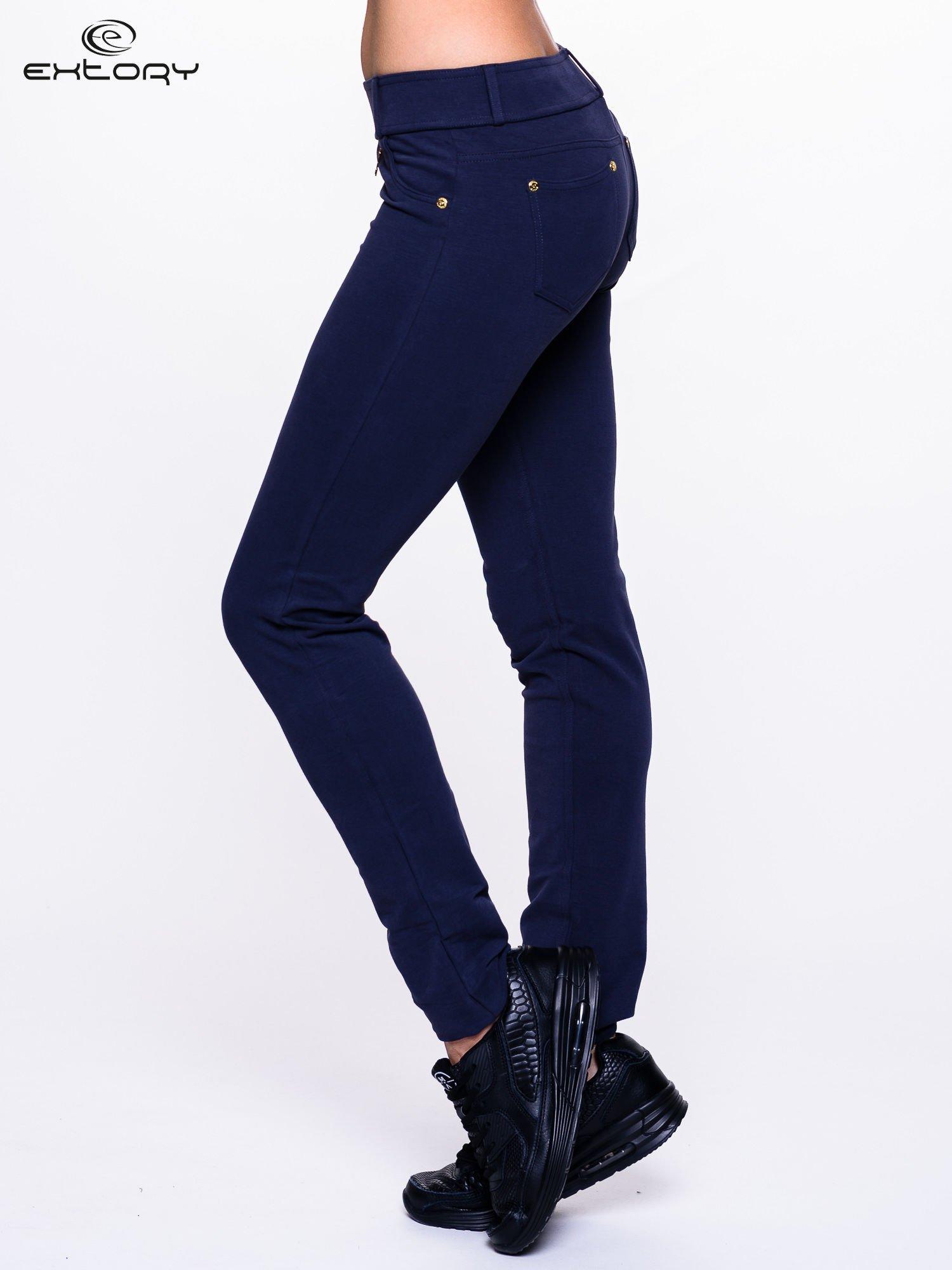 Ciemnogranatowe spodnie dresowe ze złotymi napami                                  zdj.                                  2