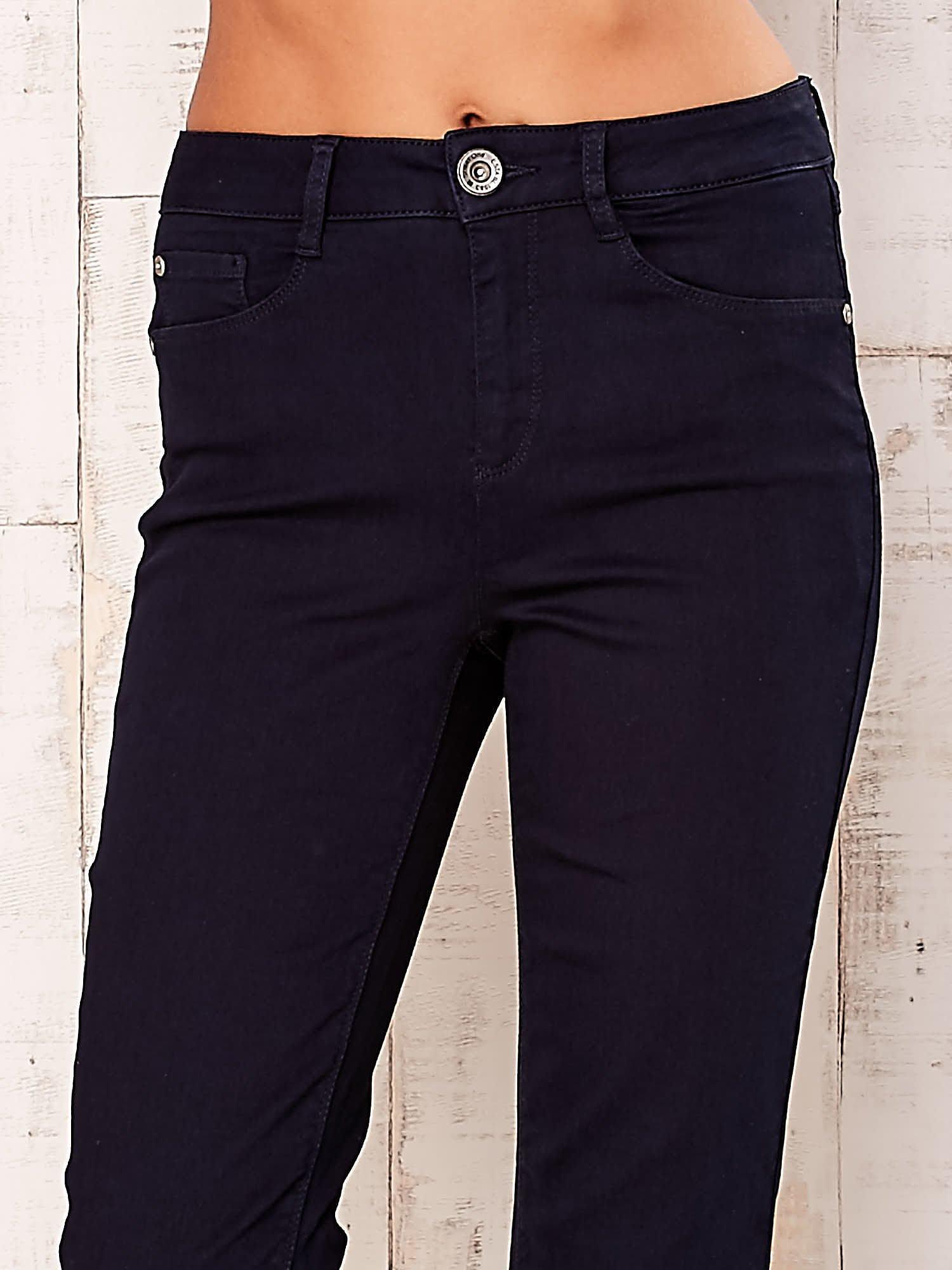 Ciemnogranatowe spodnie z prostą nogawką                                  zdj.                                  4