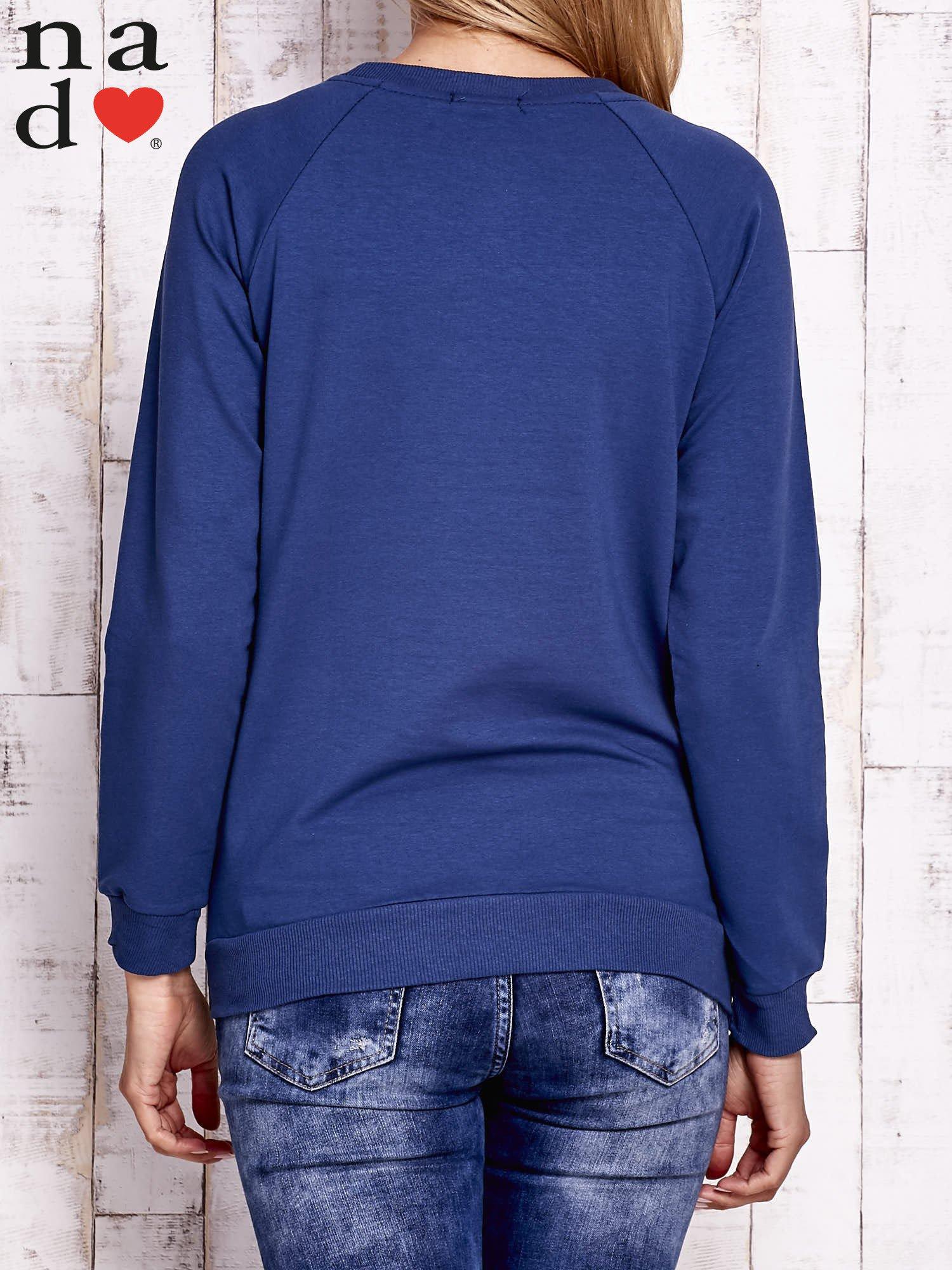 Ciemnoniebieska bluza z godłem                                  zdj.                                  4