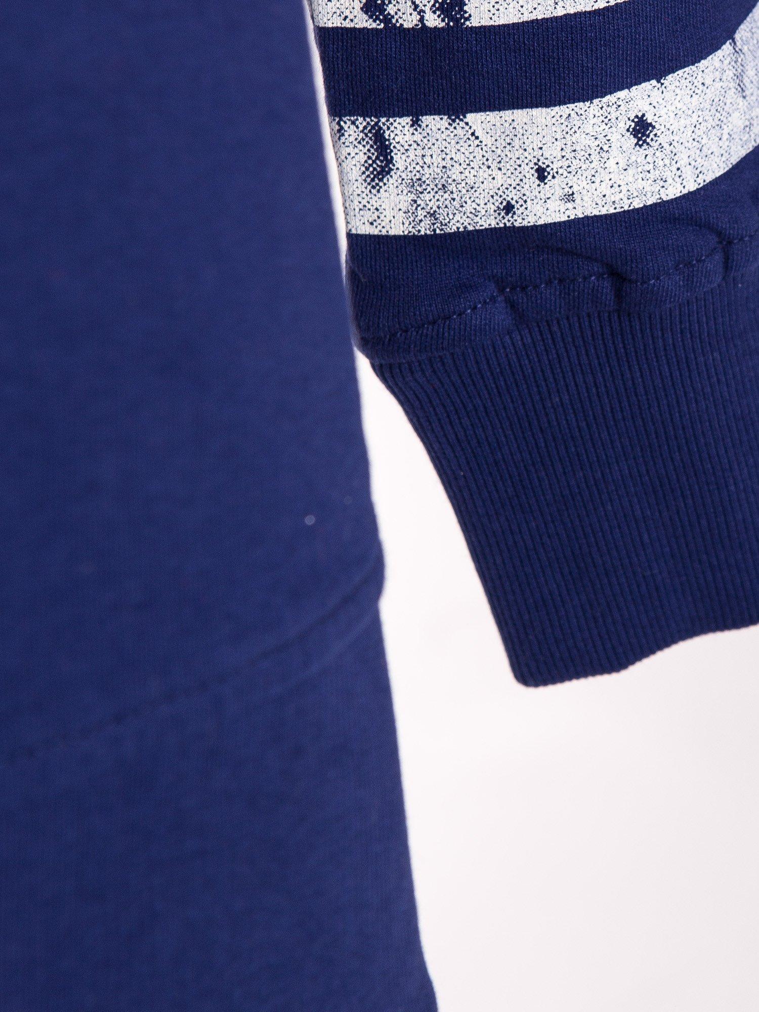 Ciemnoniebieska bluza z numerem w stylu collage                                  zdj.                                  6