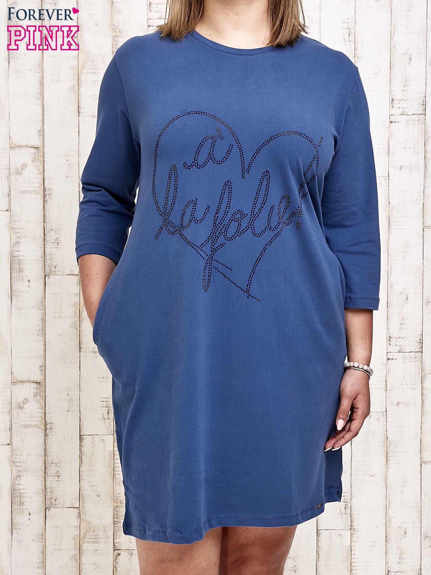 Ciemnoniebieska sukienka dresowa z dżetami PLUS SIZE                                  zdj.                                  1