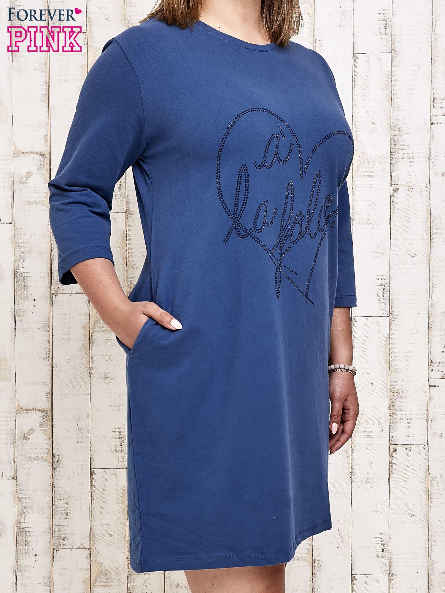 Ciemnoniebieska sukienka dresowa z dżetami PLUS SIZE                                  zdj.                                  3