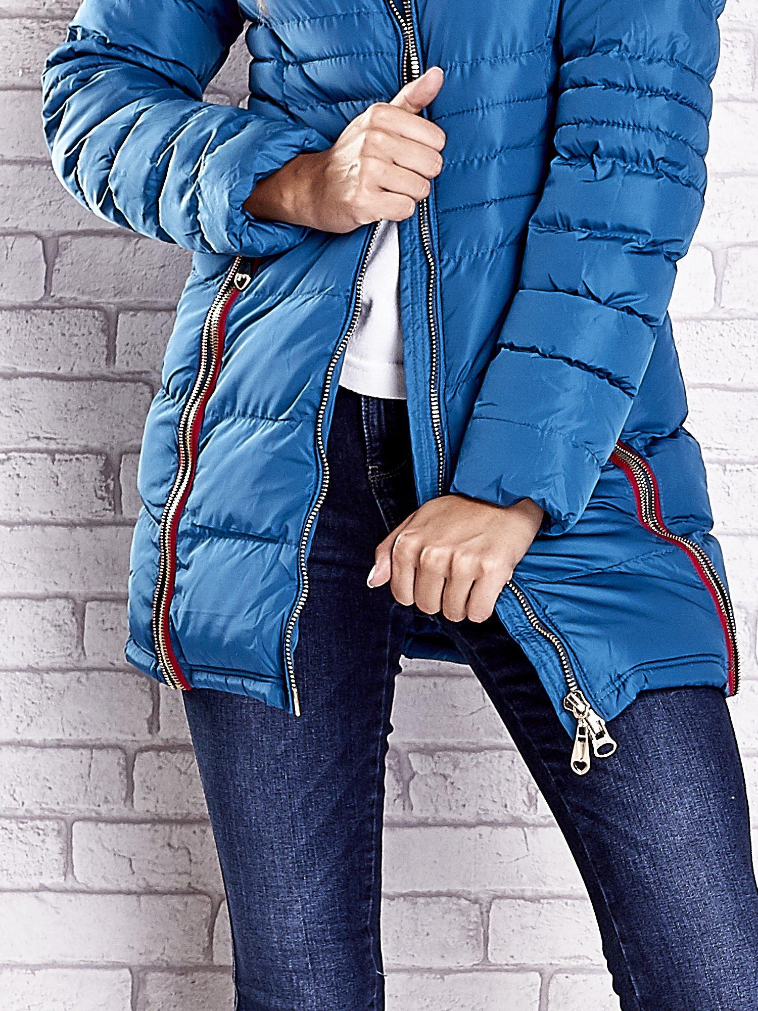 Ciemnoniebieski pikowany płaszcz ze złotymi suwakami                                  zdj.                                  9