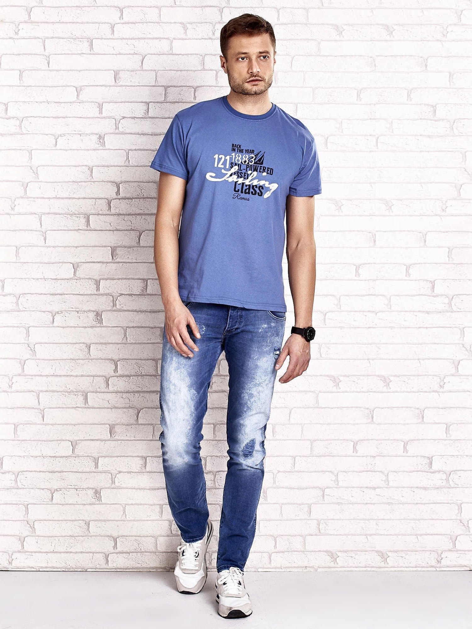 Ciemnoniebieski t-shirt męski z marynarskim motywem i napisem SAILING                                  zdj.                                  4