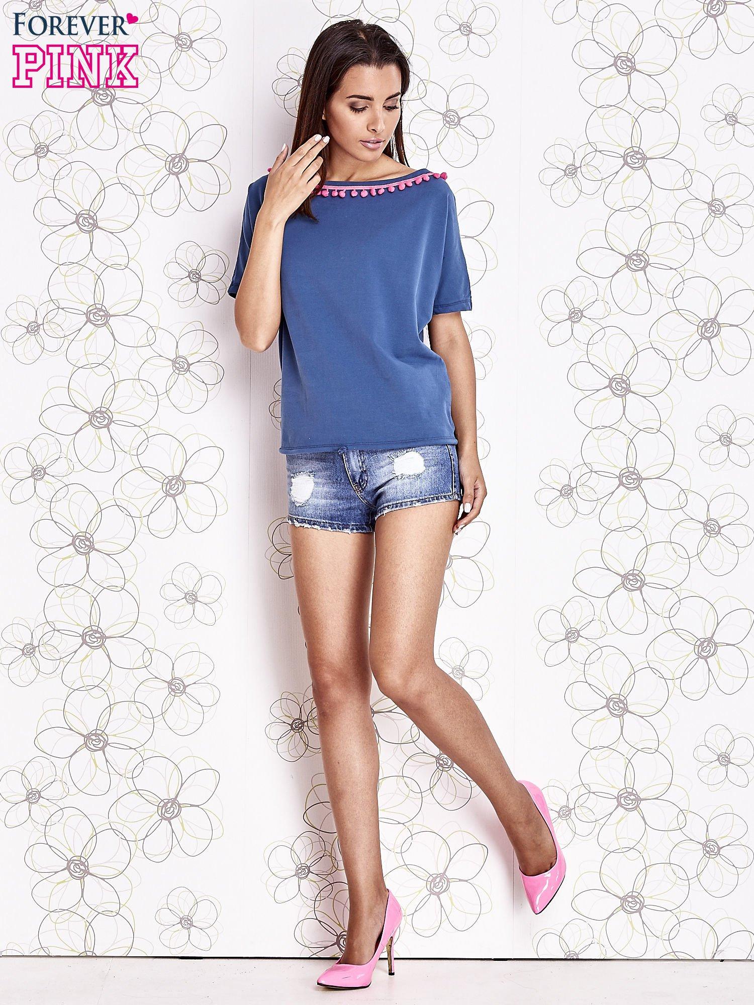 Ciemnoniebieski t-shirt z kolorowymi pomponikami przy dekolcie                                  zdj.                                  2