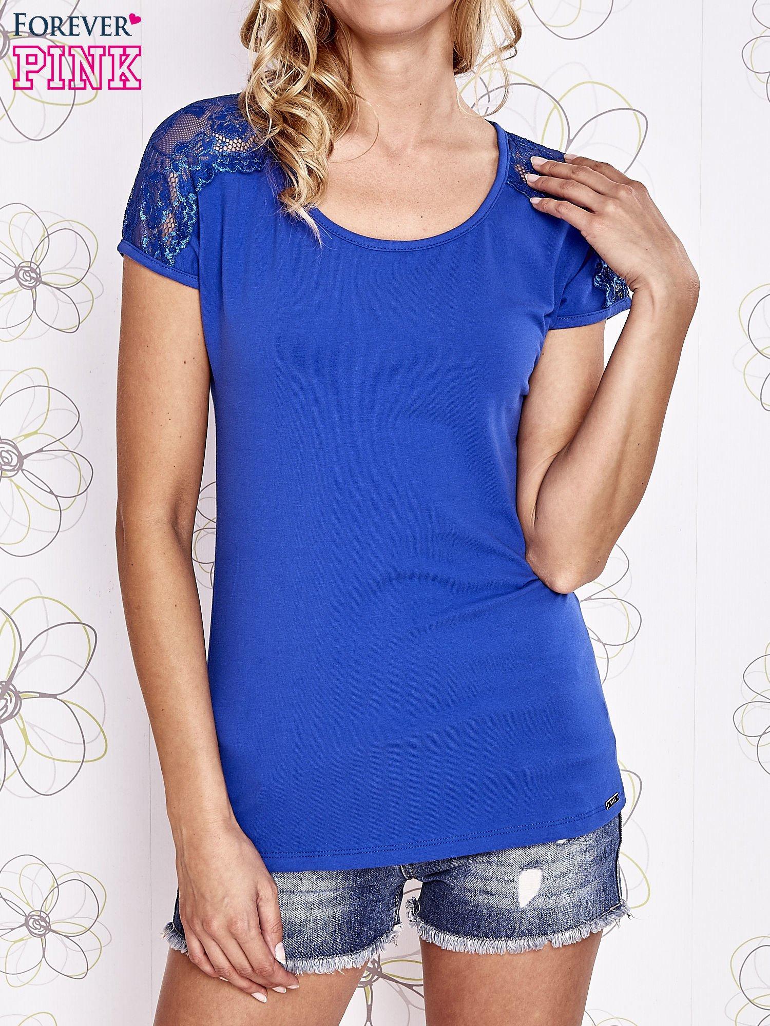 Ciemnoniebieski t-shirt z koronkowym wykończeniem rękawów                                  zdj.                                  1